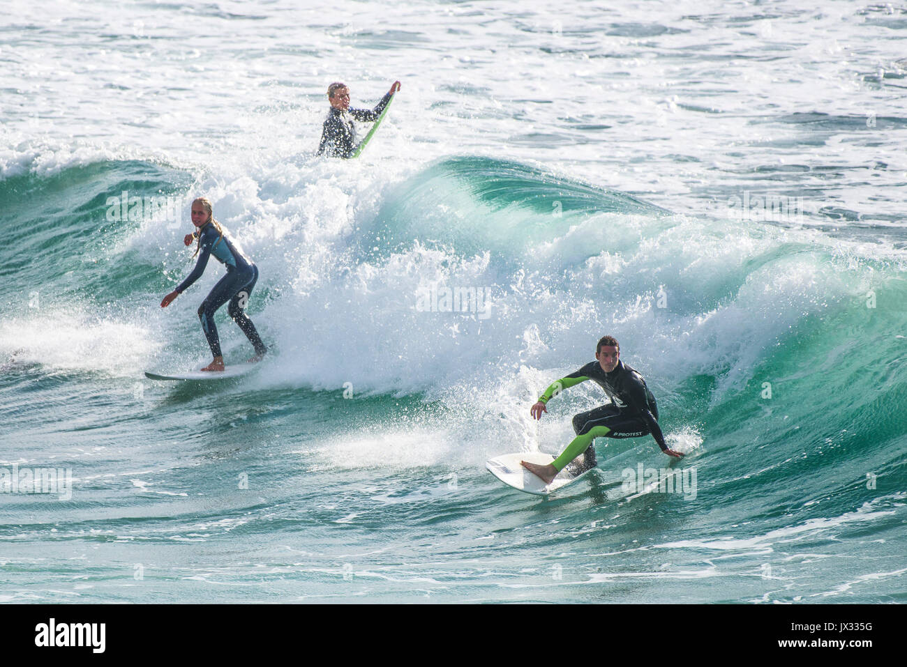 UK Surf. La vague à Surfers dans Fistral Newquay, Cornwall. Photo Stock