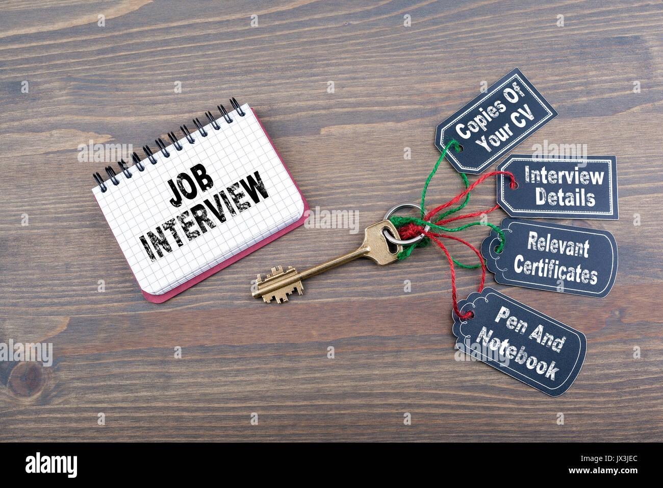 Préparation d'entrevue d'emploi concept. La clé du succès sur un bureau en bois 24. Photo Stock