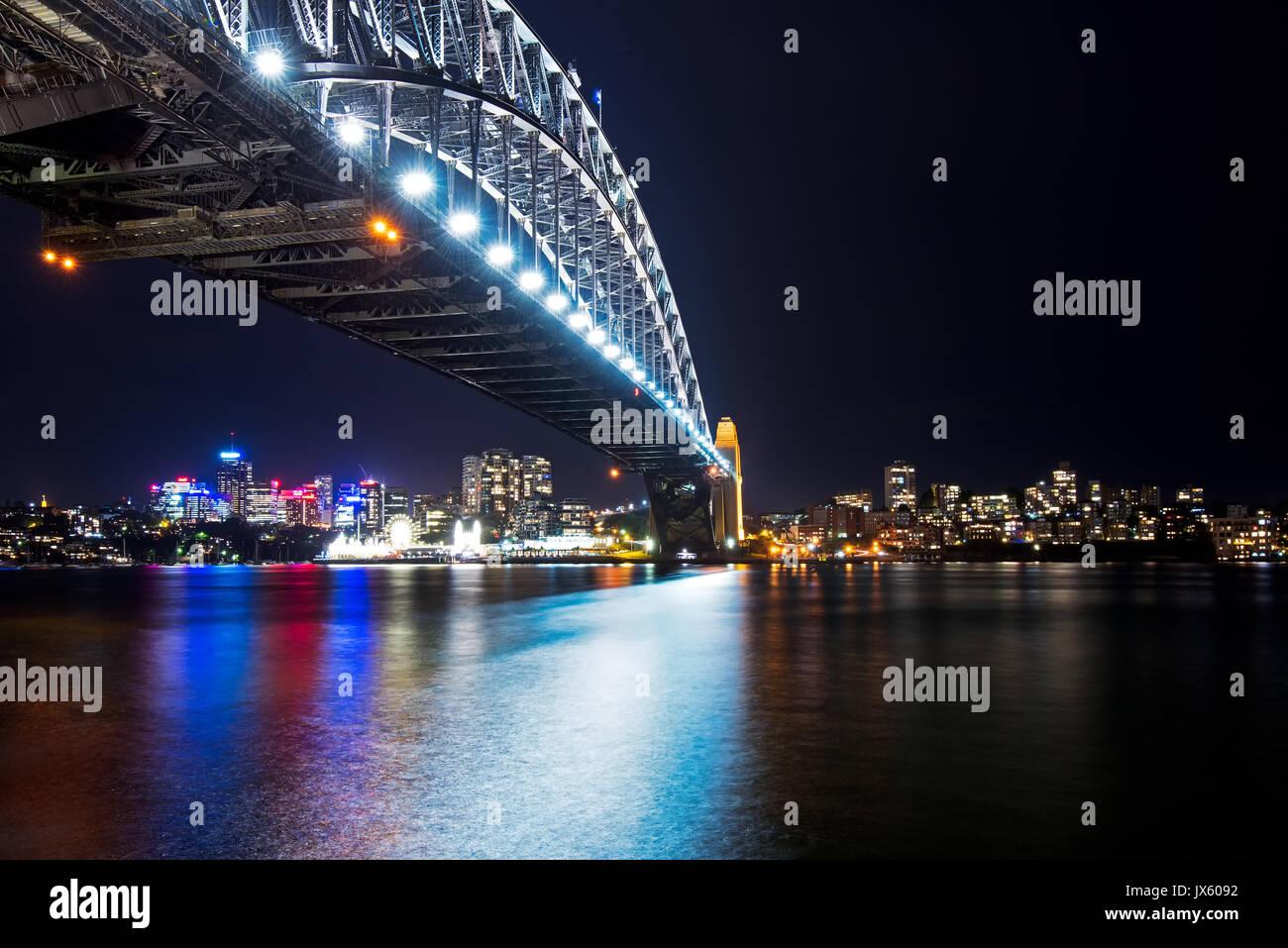 Reflet de lumière colorée à Sydney Harbour Bridge de nuit de Circular Quay, Sydney, Australie Photo Stock