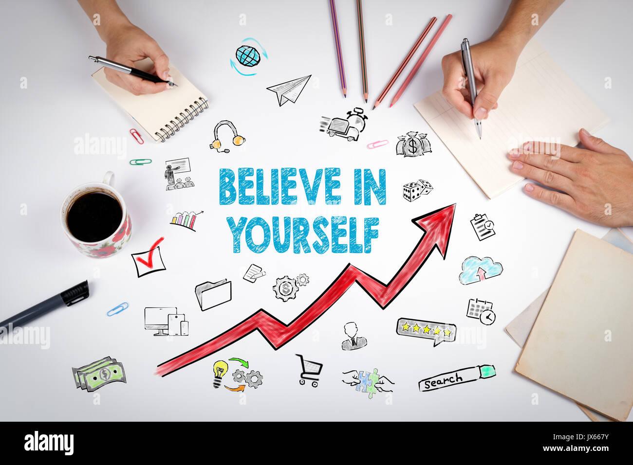 Croyez en vous-même concept. La réunion à la table bureau blanc. Photo Stock