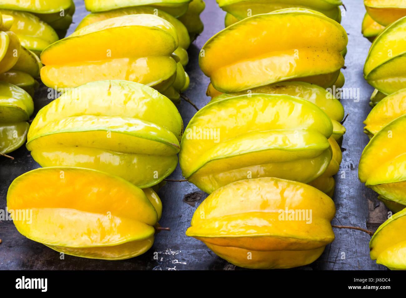 Caramboles jaune (Carambole) en vente sur un étal de marché, Bangkok, Thaïlande Photo Stock