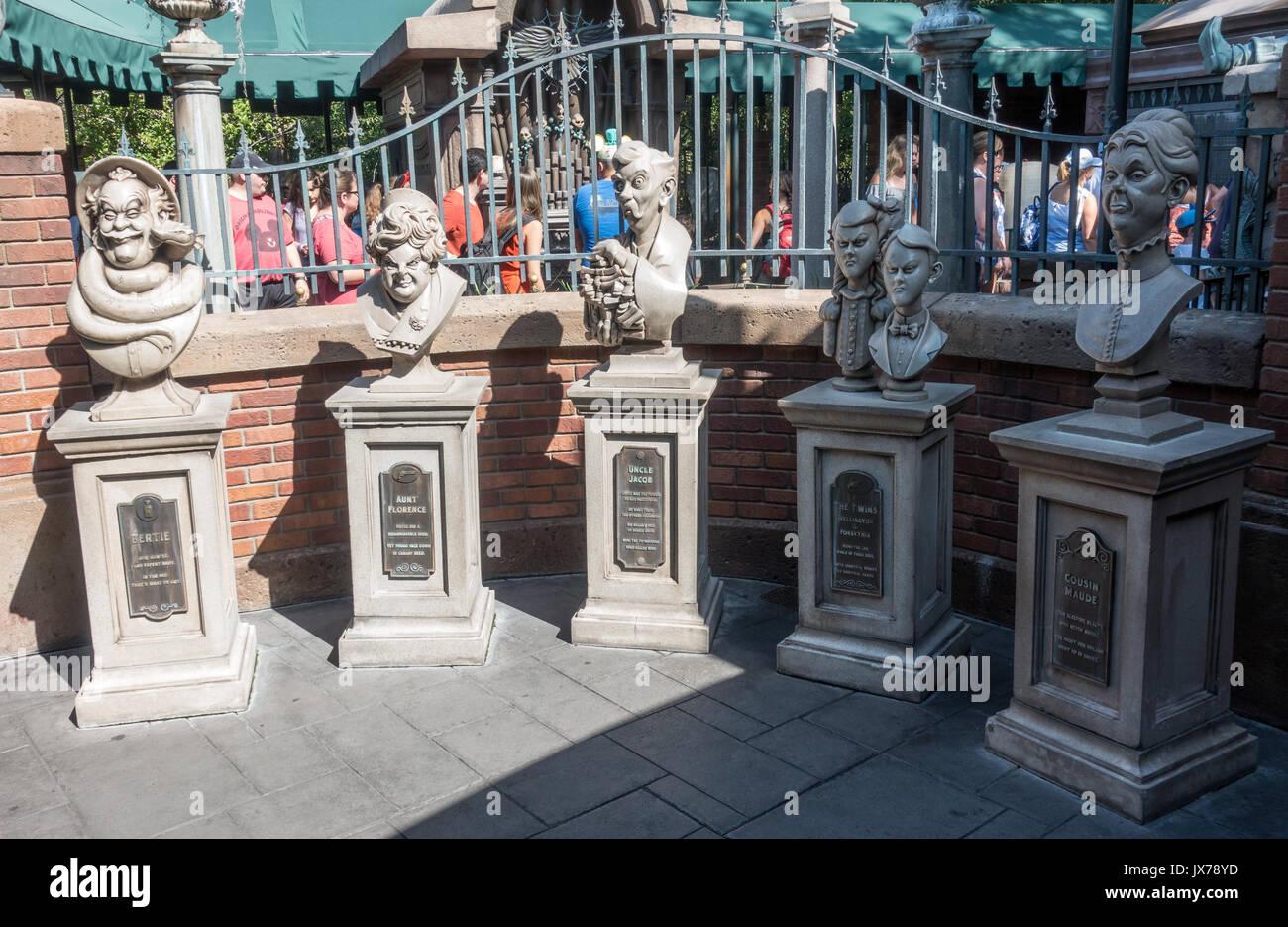 Dread bustes de la famille dans la file d'attente pour le manoir hanté dans le royaume magique, Walt Disney World, Orlando, Floride. Photo Stock