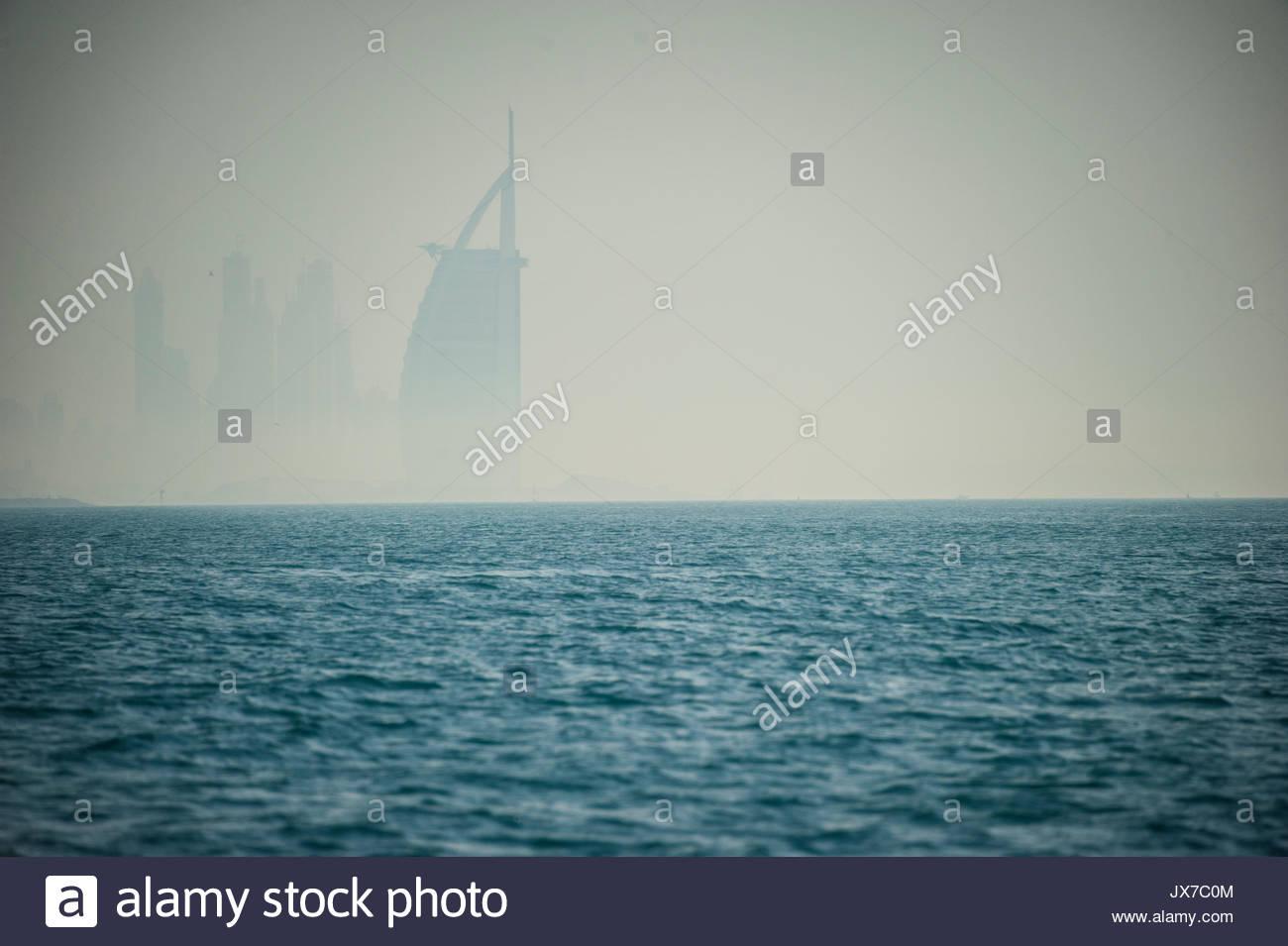 Le gratte-ciel Burj Al Arab se lève au large de la côte de Dubaï. Photo Stock