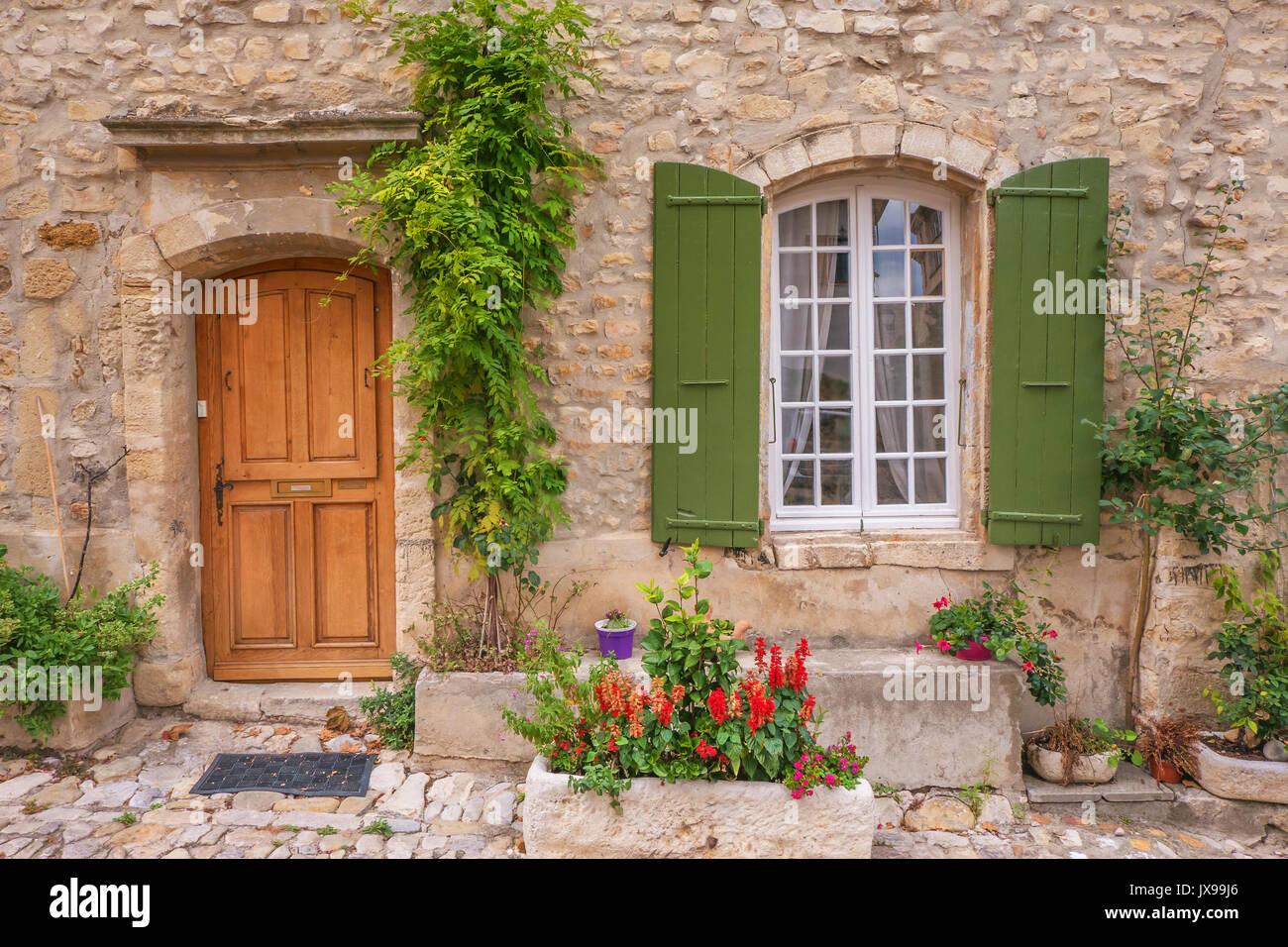 Street view de vieille maison en pierre en fa ade avec une for Vieille maison en pierre