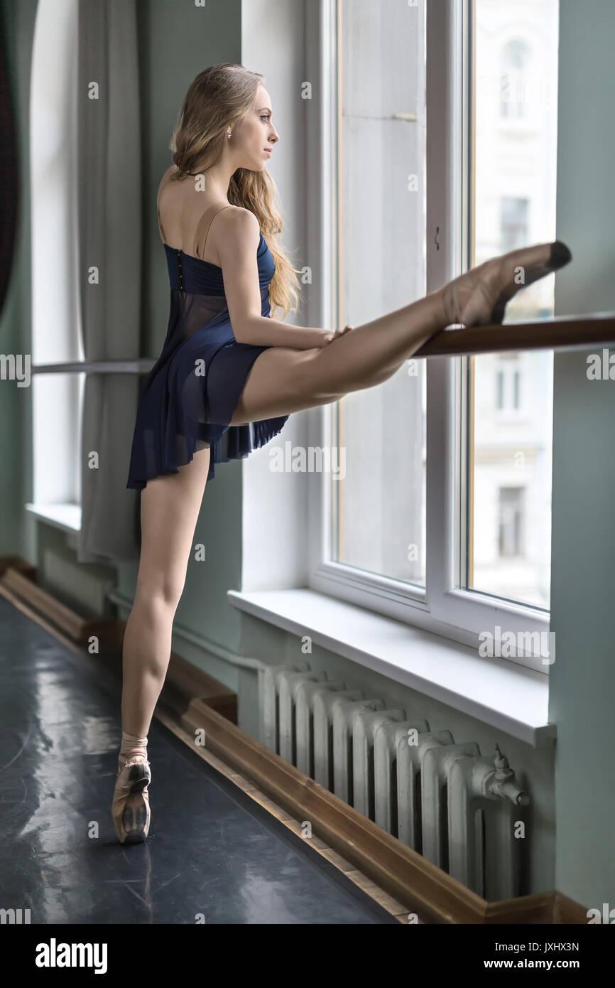 Ballet Dancer in hall Photo Stock