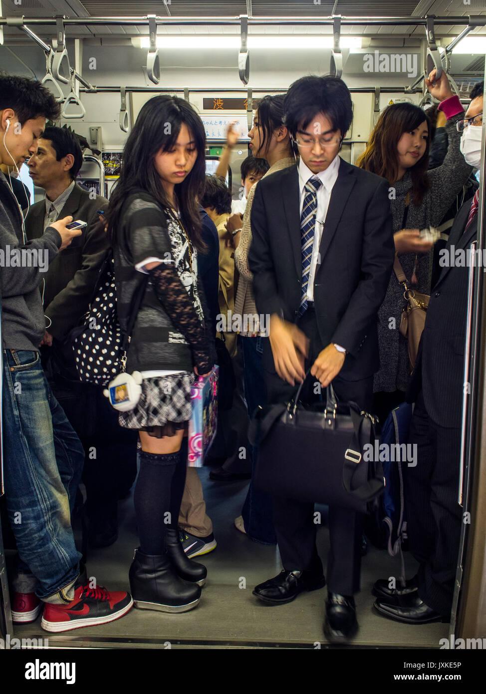 Train de banlieue bondé, la gare de Shinjuku, Toko, Japon Photo Stock