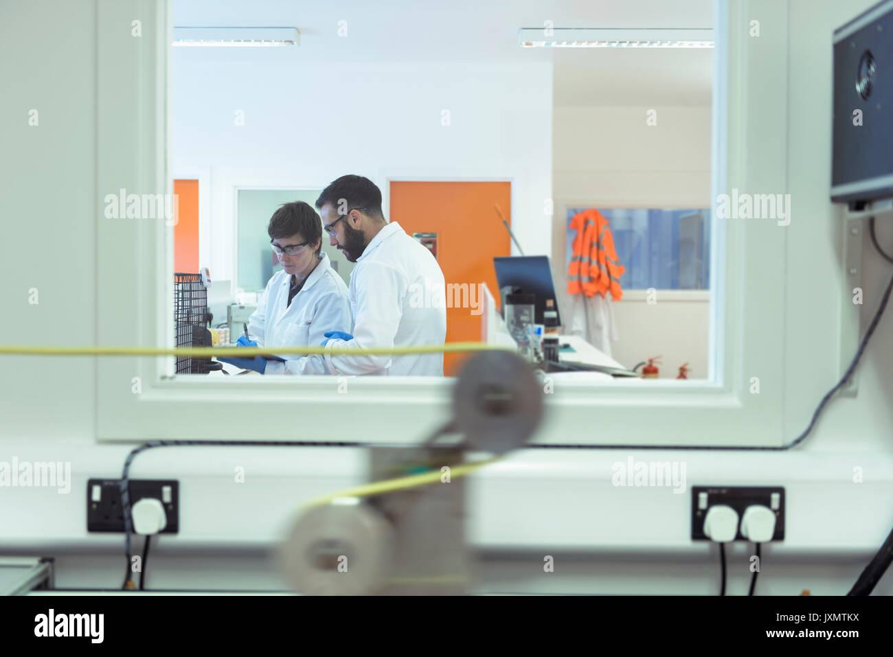 Groupe de travail scientifique en laboratoire du câble électrique Photo Stock