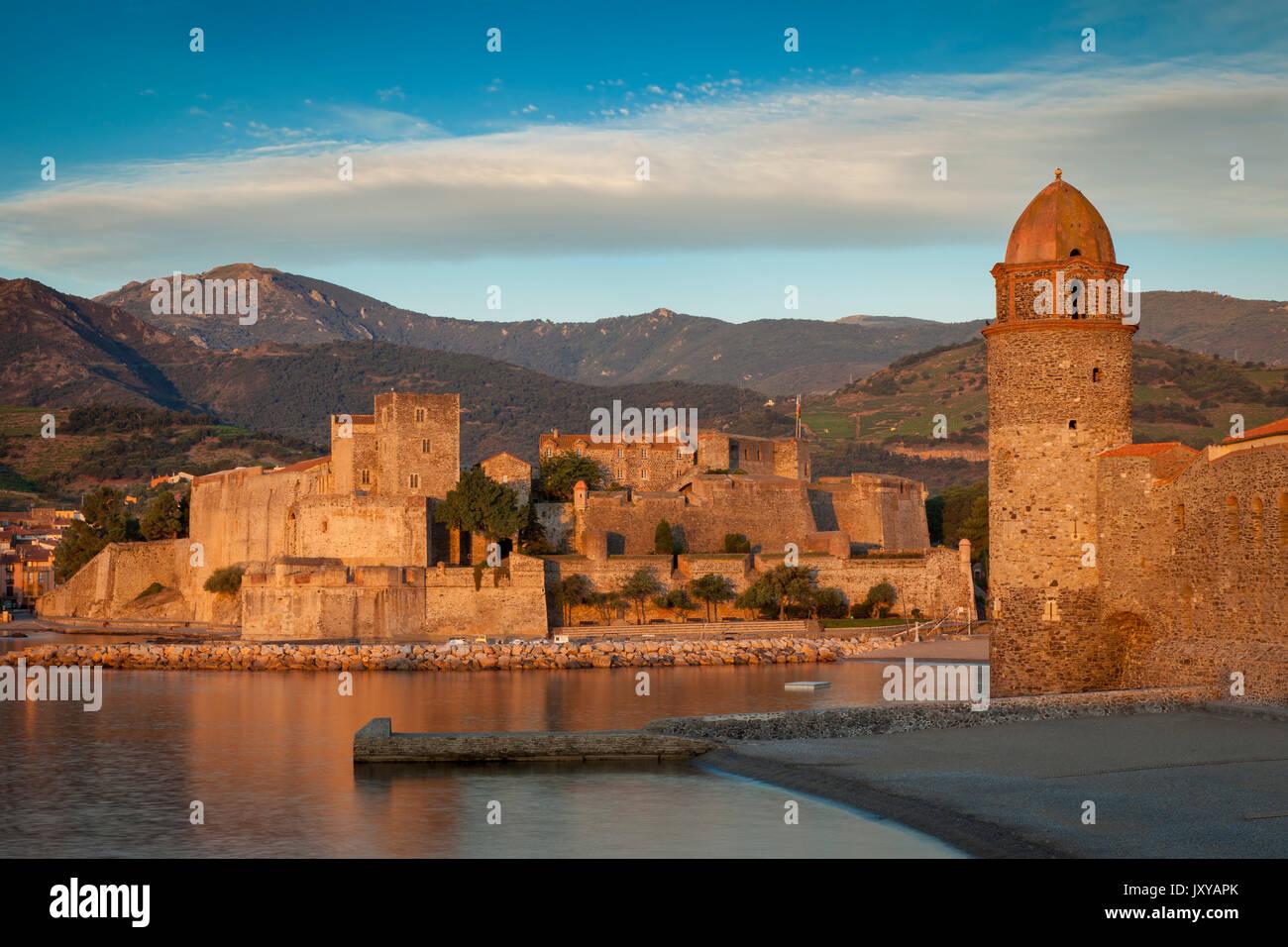 Première lumière de l'aube dans la ville de Collioure, Pyrénées-Orientales, Languedoc-Roussillon, France Photo Stock