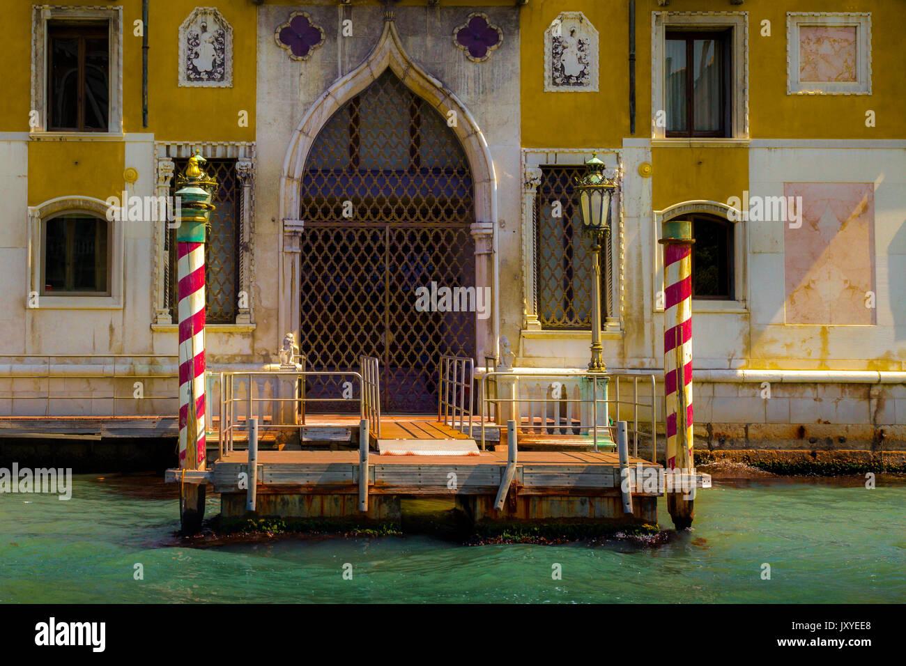 Entrée d'un bâtiment juste à côté du Grand Canal de Venise, Italie Photo Stock