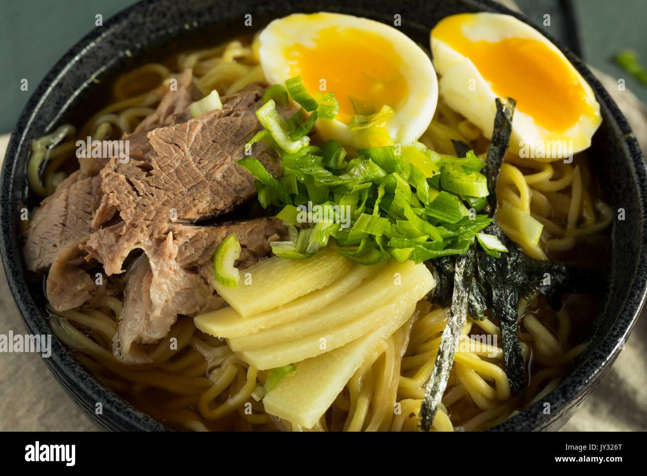 Porc nouilles Ramen japonais faits maison avec des Œufs et des algues Photo Stock