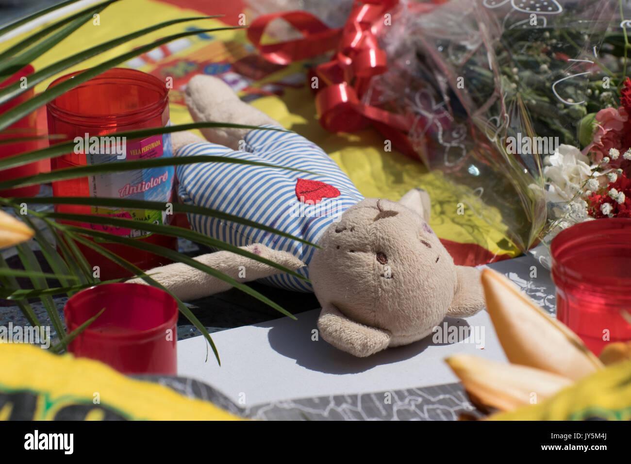 Barcelone, Espagne. 18 août, 2017. Une veillée organisée sur Las Ramblas rue le lendemain d'une van terroriste tué 13 piétons. Credit: Evan McCaffrey/Alamy Live News Banque D'Images