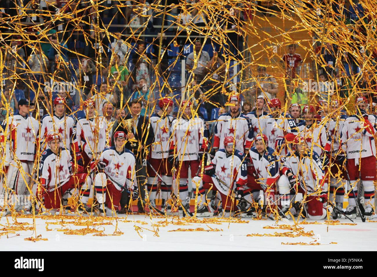 Moscou, Russie. 18 août, 2017. Nikolai Gulyayev (C), chef du gouvernement de Moscou, du Sport et du tourisme, ministère, et le CSKA Moscou, les joueurs gagnants du maire de Moscou 2017 Coupe de hockey sur glace, au cours d'une cérémonie de remise de prix à Megasport Arena. Crédit: Sergei Bobylev/TASS/Alamy Live News Photo Stock