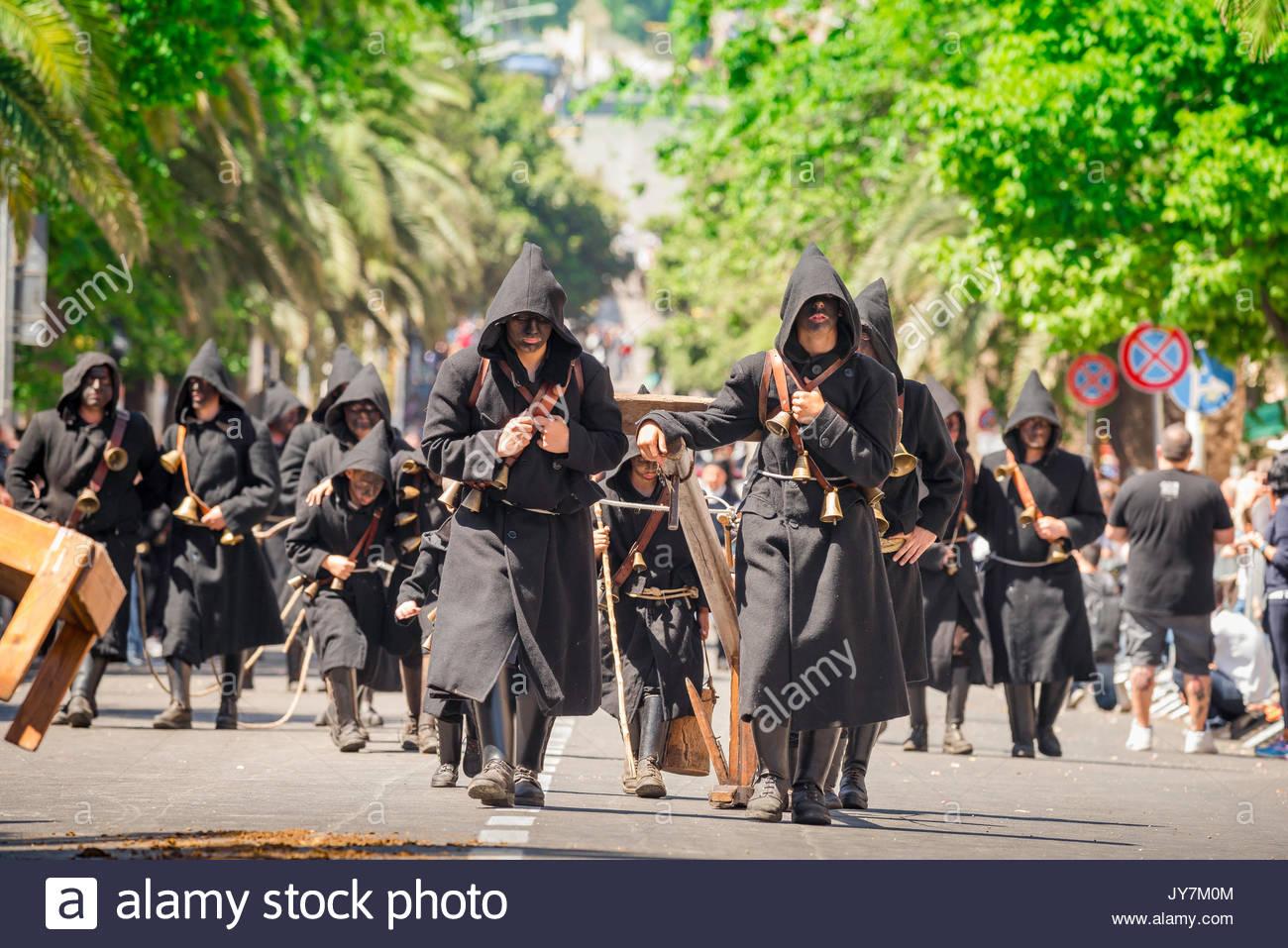 """Festival de la Sardaigne, la procession du Thurpos ou """"borgnes"""" pendant la grande parade de la Cavalcata Sarda festival à Sassari, Sardaigne. Photo Stock"""