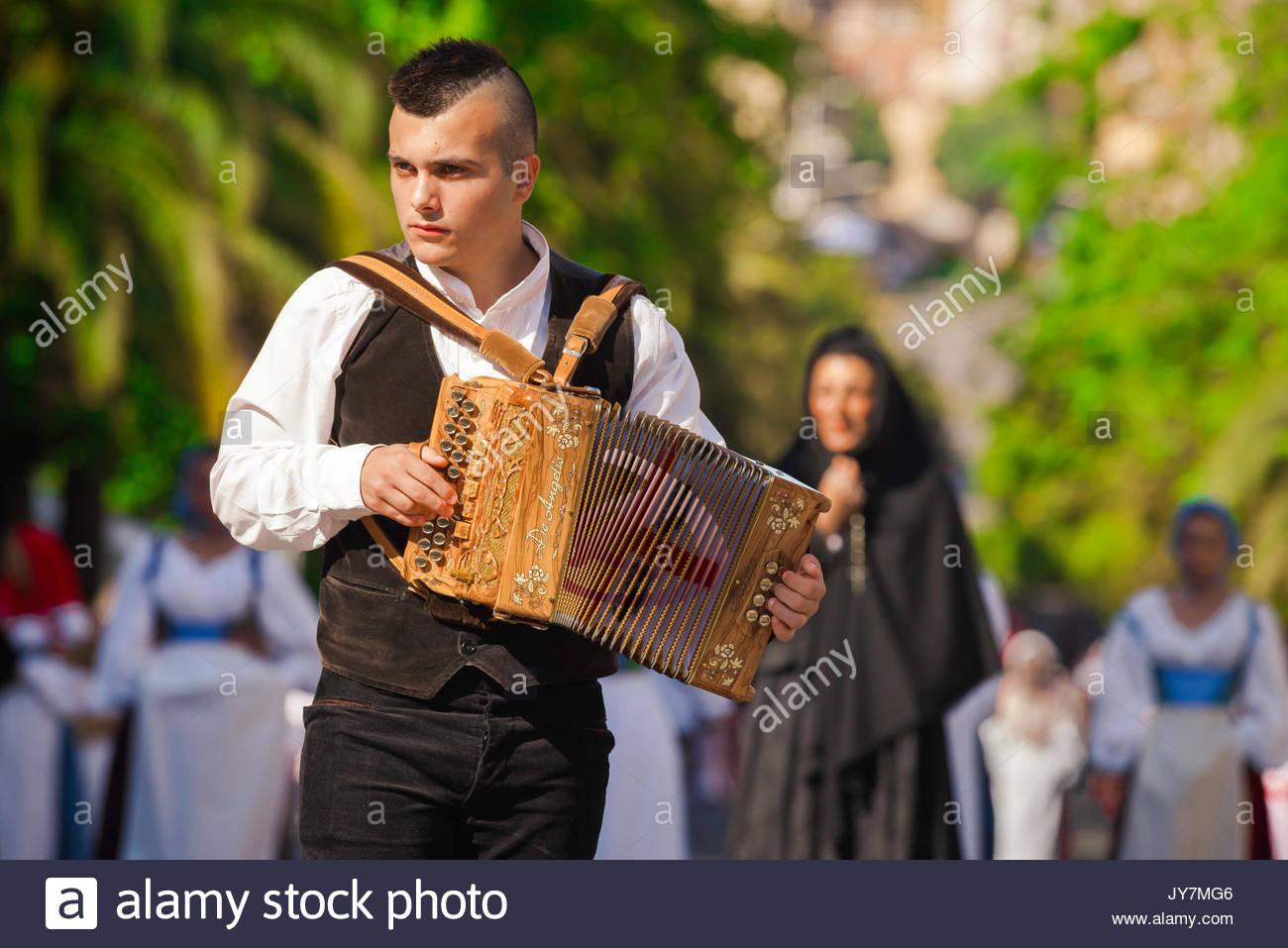 Sassari Cavalcata, portrait d'un jeune accordéoniste jouant dans la grande procession de la la Cavalcata festival à Sassari, Sardaigne. Photo Stock