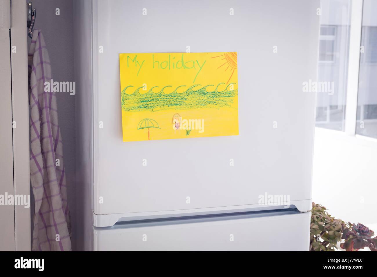 Dessin Sur Papier Jaune Collé à La Fenêtre à La Maison Par