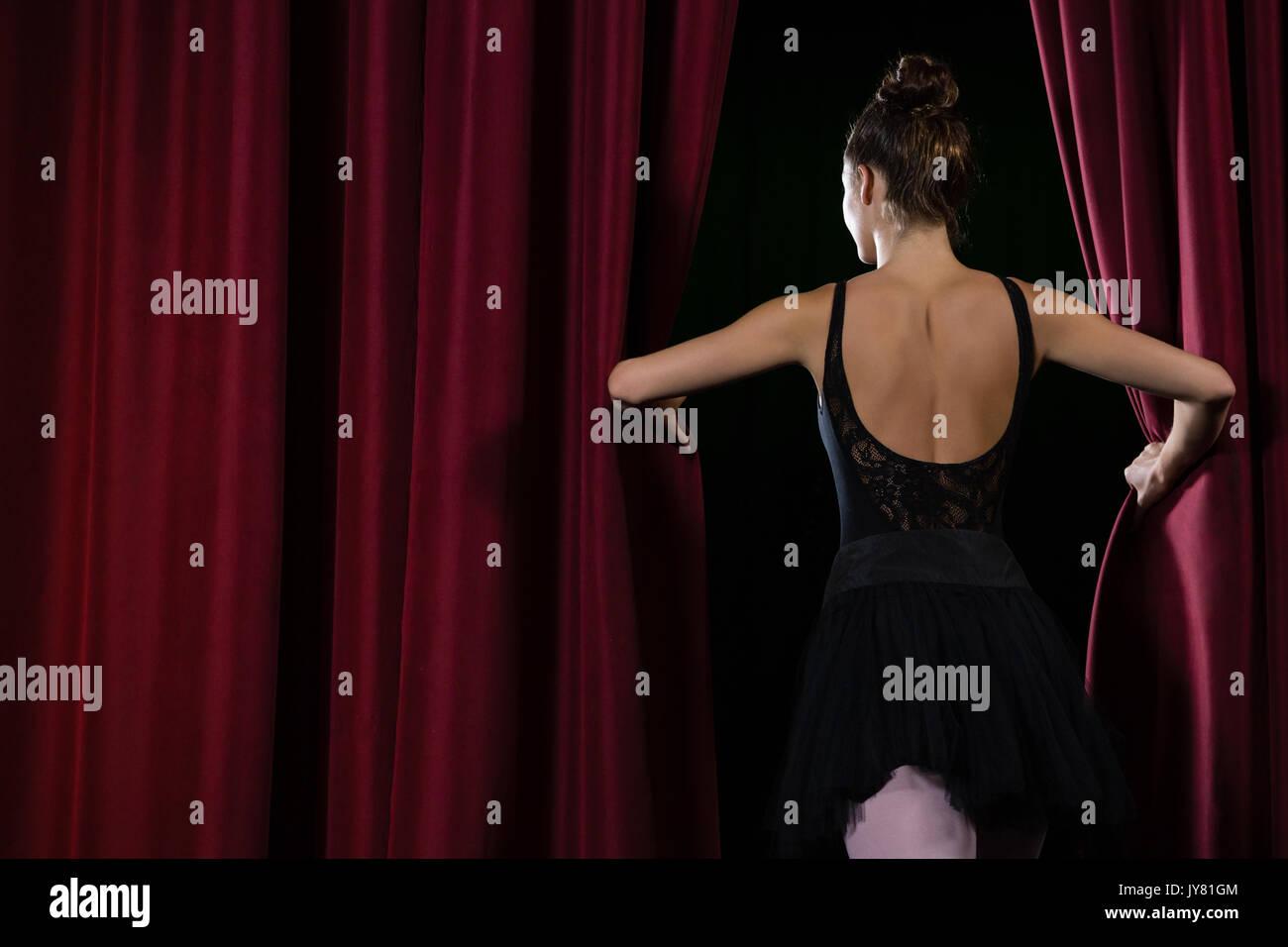Vue arrière de la ballerine danse ballet on stage in theater Banque D'Images