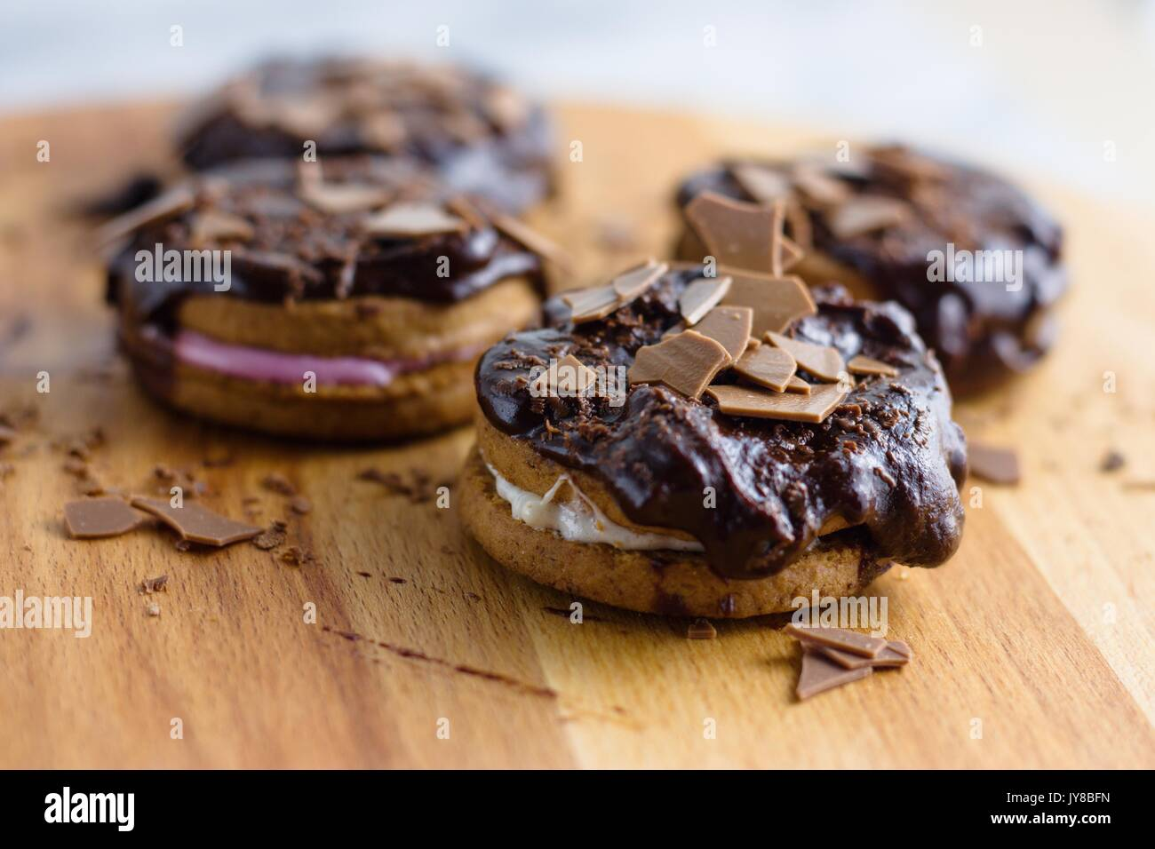 La cannelle et le sandwich guimauve chocolat surmontée de cookies Photo Stock