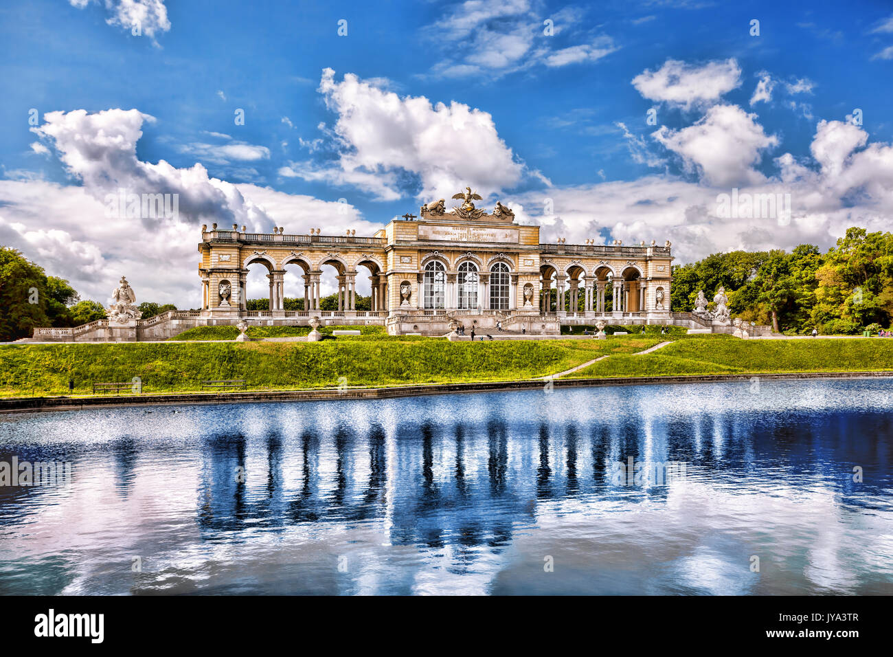 Chapelle du château célèbre avec le lac en palais de Schonbrunn, Vienne, Autriche Photo Stock