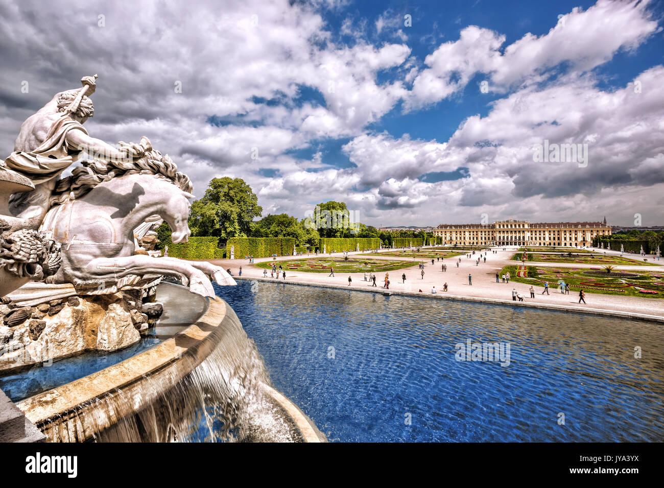 Célèbre palais Schönbrunn avec fontaine dans le jardin, vienne, autriche Photo Stock