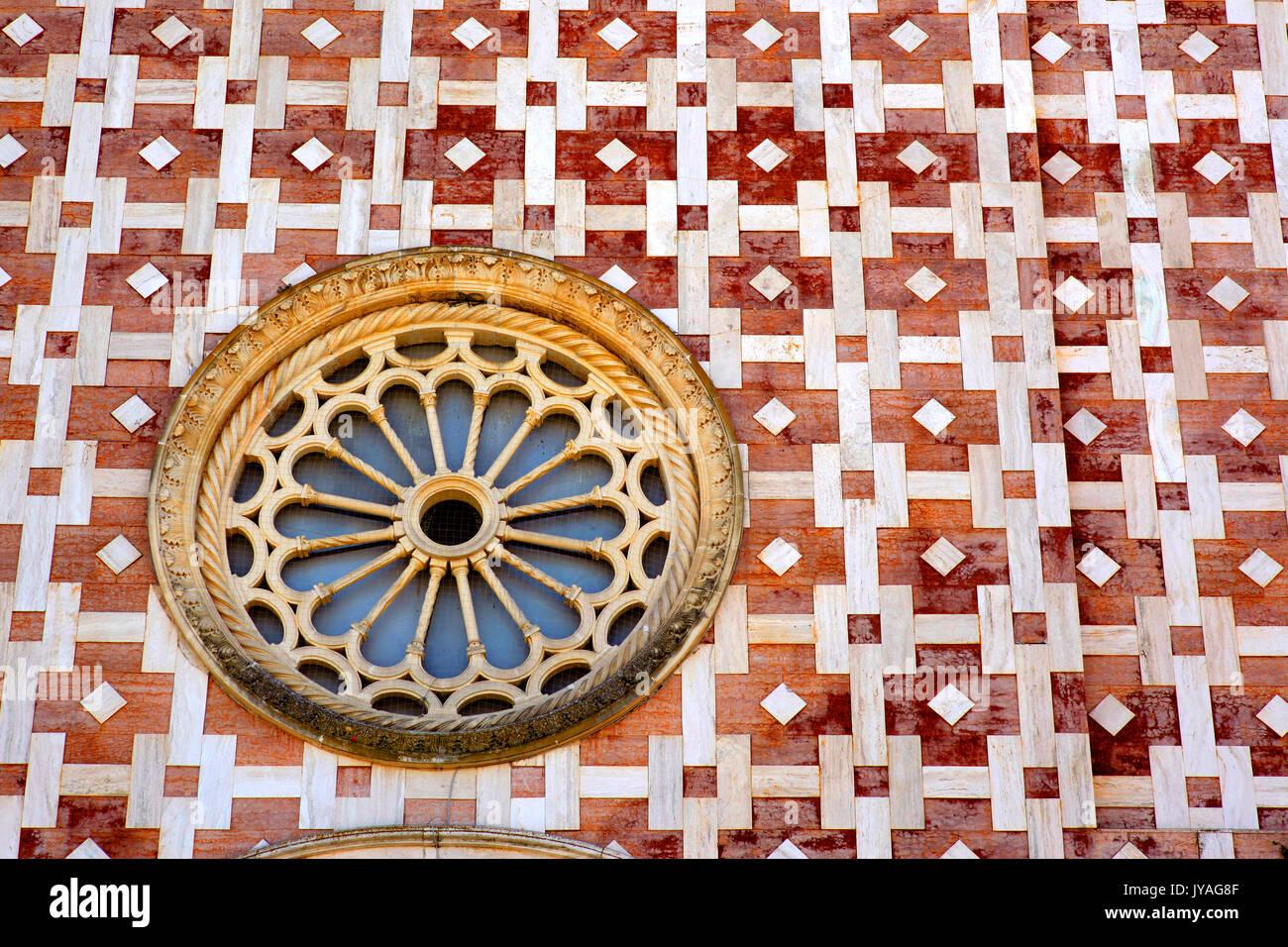 La façade en marbre blanc et rose de l'église de San Nicola ou Basilique Volto Santo à Manoppello, Italie. Photo Stock