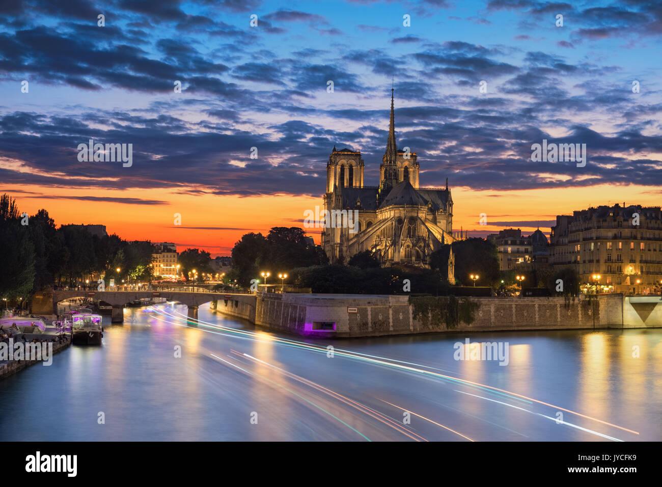 Vue de l'église de Paris notre dame au coucher du soleil Photo Stock