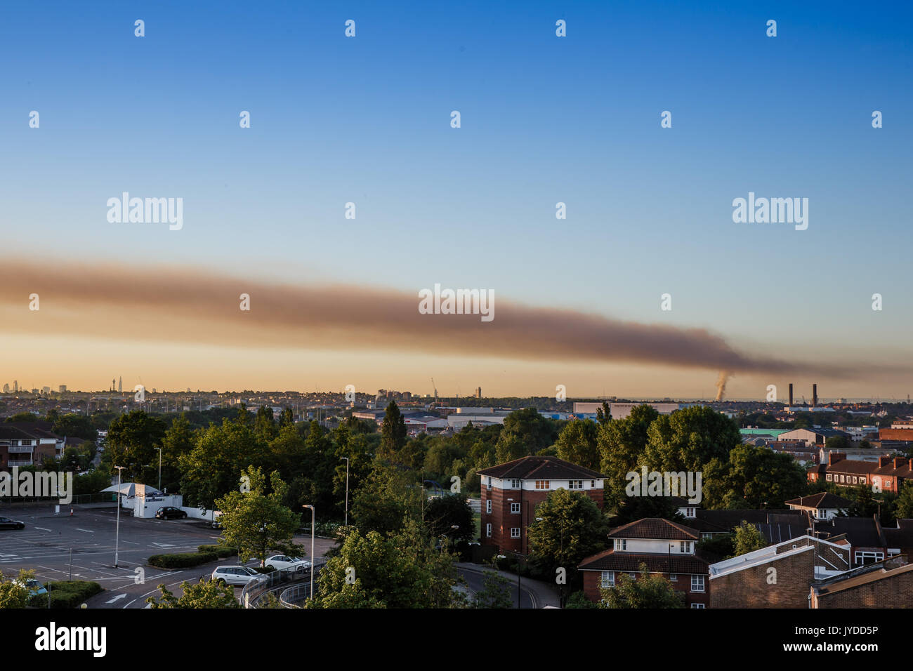 Énorme panache de fumée de l'incendie de la tour de Grenfell, visible dans tout Londres, s'étend le long de la skyline de Londres. Photo Stock