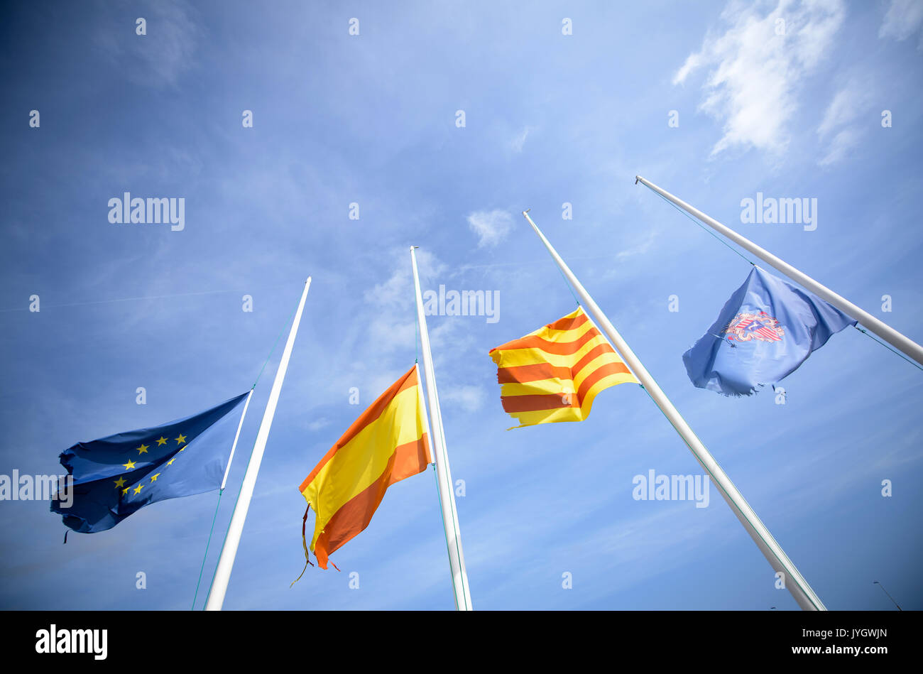 Cambrils, Espagne. Août 19, 2017. Les drapeaux de l'Europe (L-R), l'Espagne, la Catalogne et la municipalité Cambrils sont en berne dans le port de plaisance de Cambrils, Espagne, le 19 août 2017. Dans la station balnéaire à 100 kilomètres au sud-ouest de Barcelone, les task forces tourné cinq terroristes présumés dans la nuit de jeudi à vendredi. Photo: Matthias Balk/dpa/Alamy Live News Banque D'Images