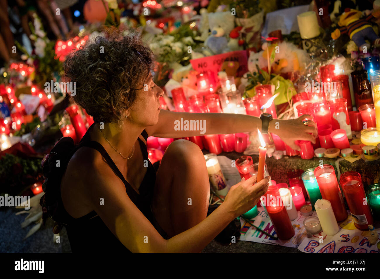 Barcelone, Espagne. Août 19, 2017. Fleurs dans le Las Ramblas à Barcelone, Espagne, le 19 août 2017. Plusieurs personnes Banque D'Images