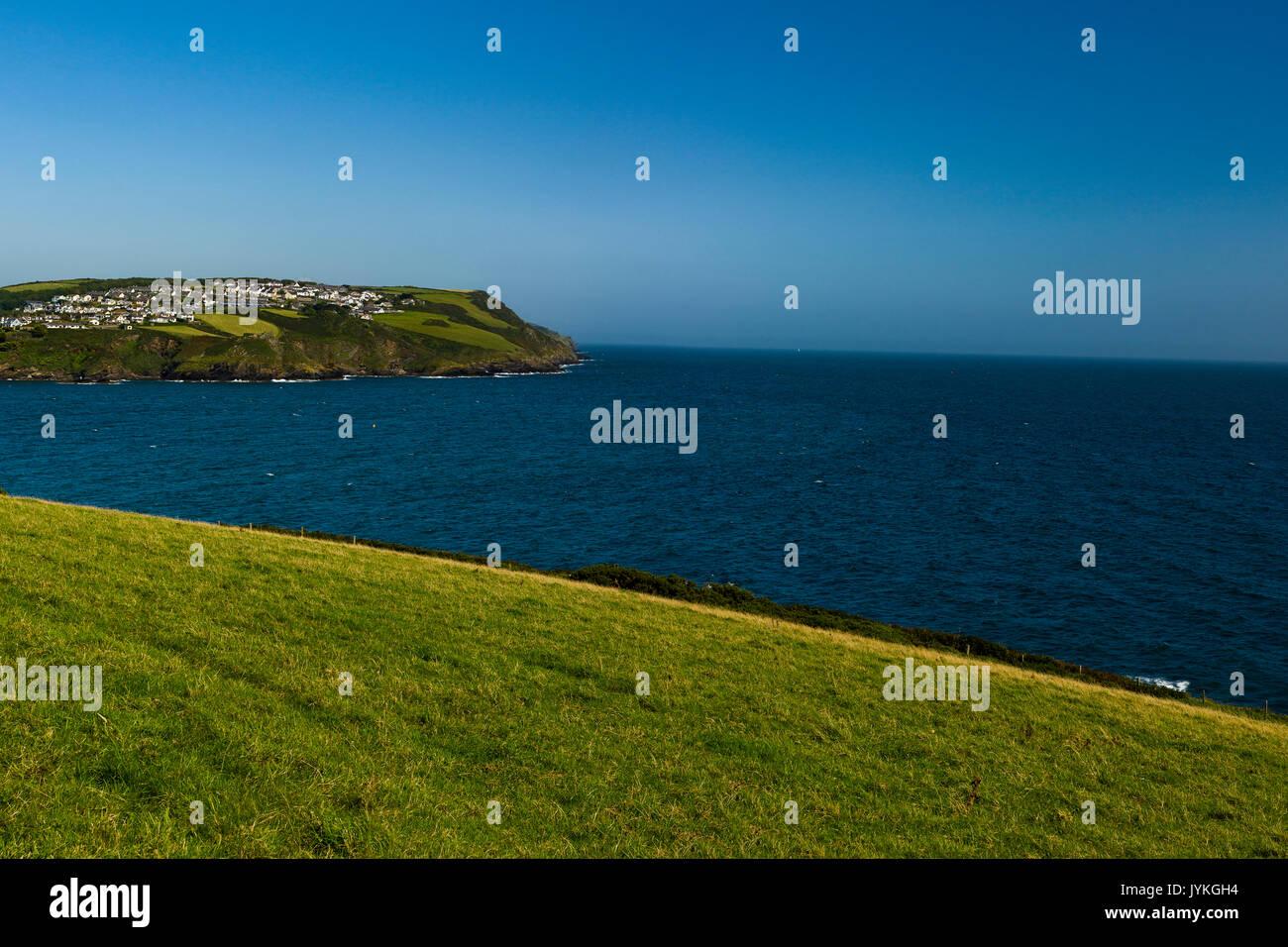 Polruan et Fowey Cornwall dans l'estuaire en été, une ligne distincte dans la mer peut être vu où l'eau douce et s'unir et de se dissiper. Photo Stock