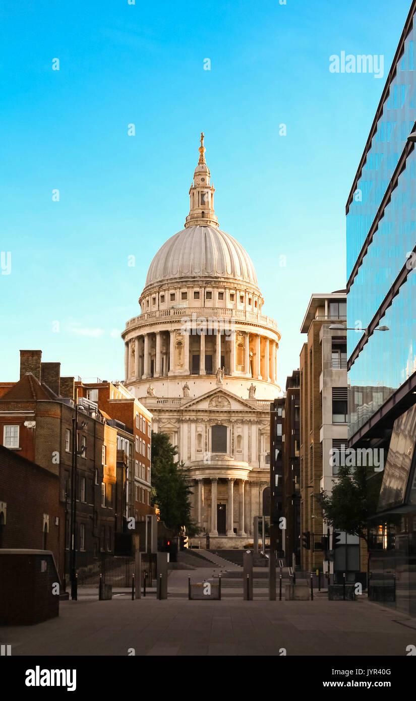 La célèbre cathédrale St Paul au lever du soleil, Londres, Royaume-Uni. Photo Stock