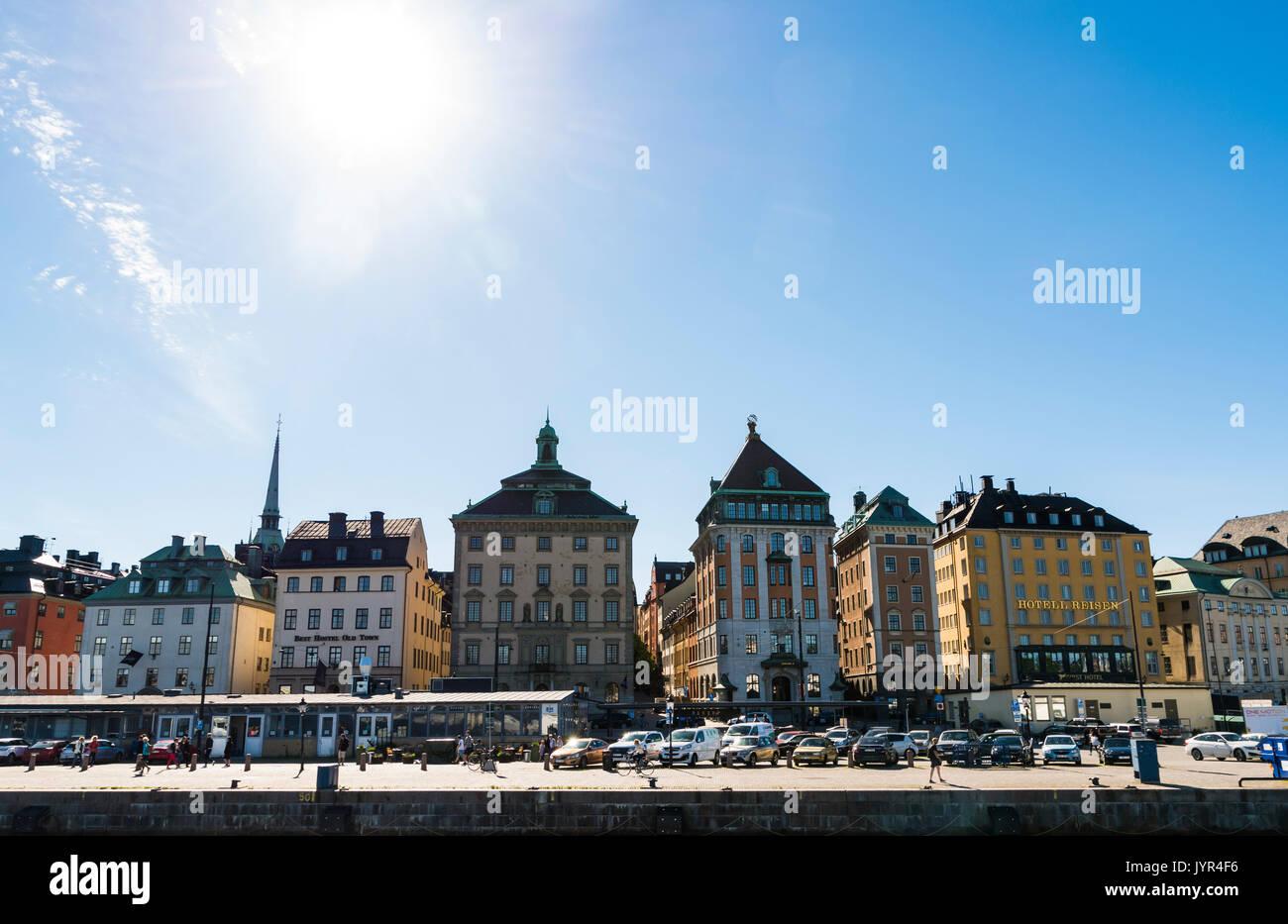 Avis de Skeppsbron, Gamla Stan, Stockholm, Suède. Joli quai des bâtiments sur une journée ensoleillée. Photo Stock