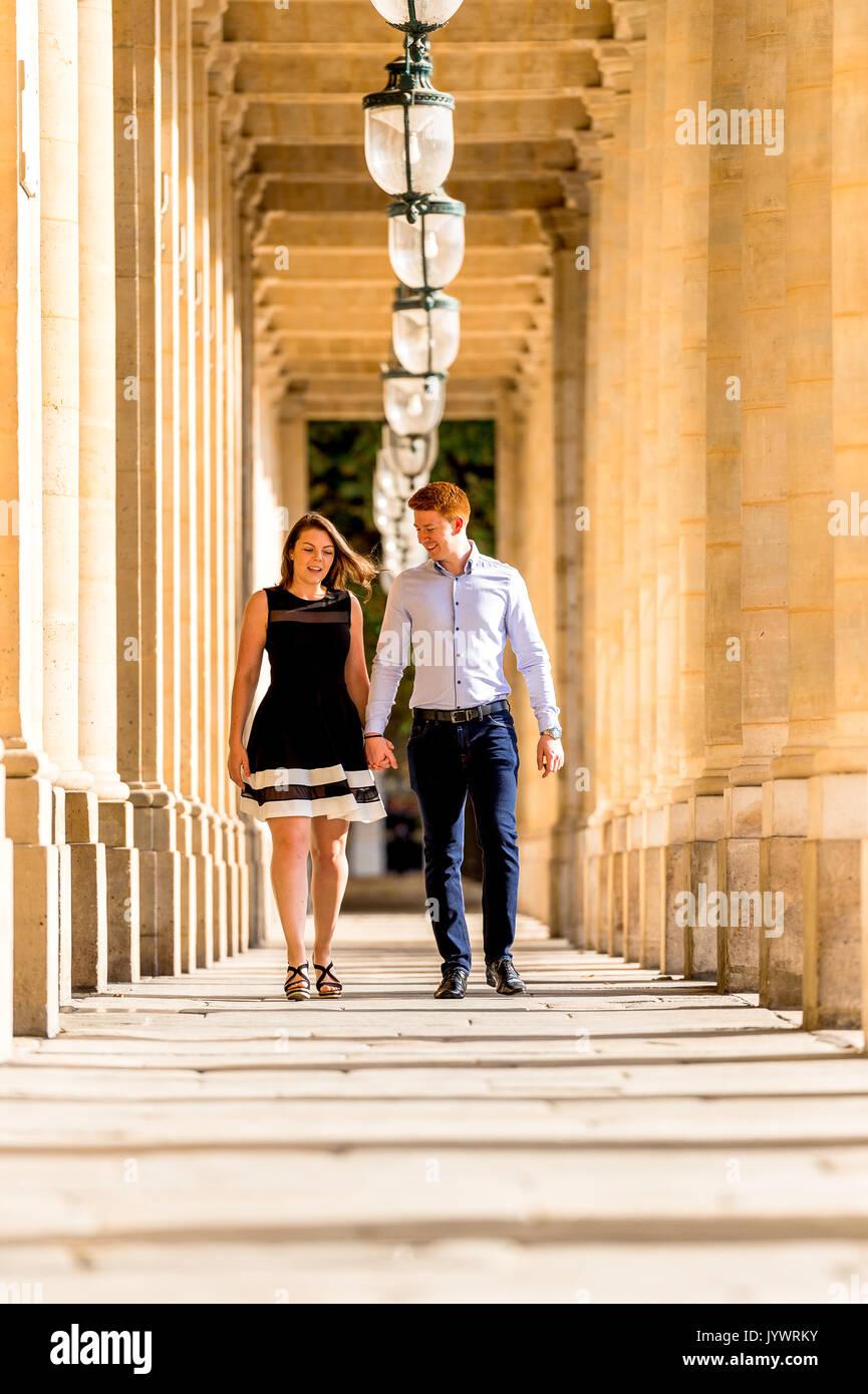 Couple marche main dans la main au Palais Royal à Paris Banque D'Images