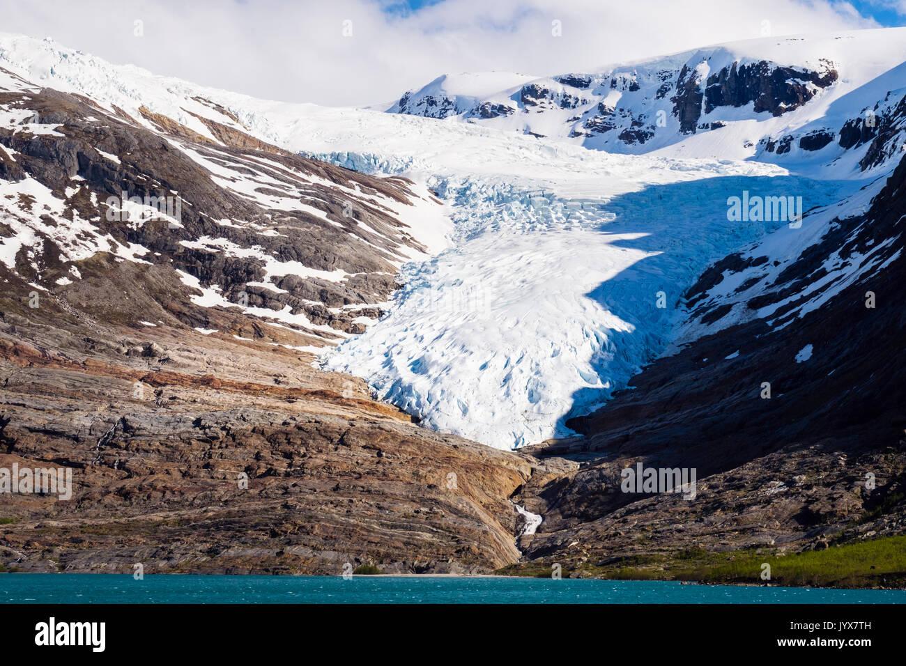 Engabreen ou glacier Svartisen Enga, bras de la calotte glaciaire de l'ensemble vu Engabrevatnet Svartisvatnet ou lac. Saltfjellet-Svartisen National Park, la Norvège Photo Stock