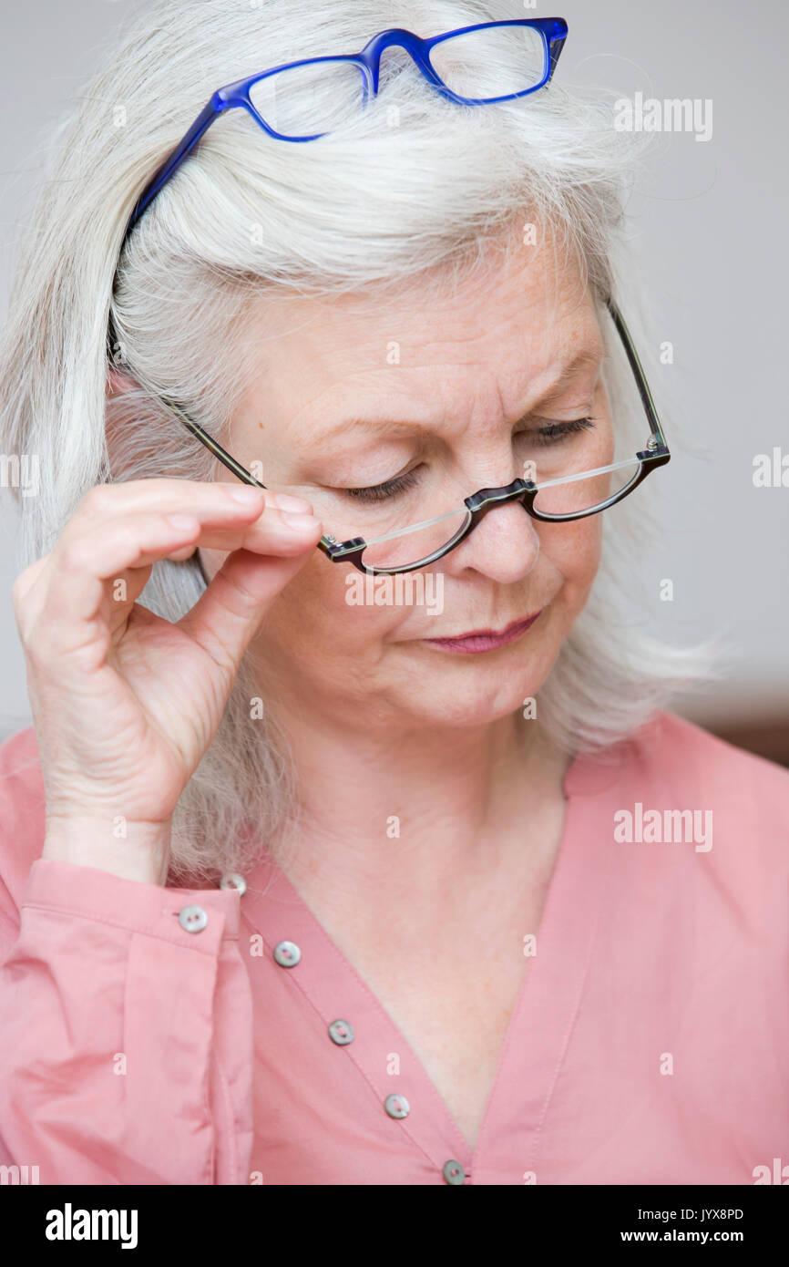 Hauts femme avec deux paires de lunettes Photo Stock