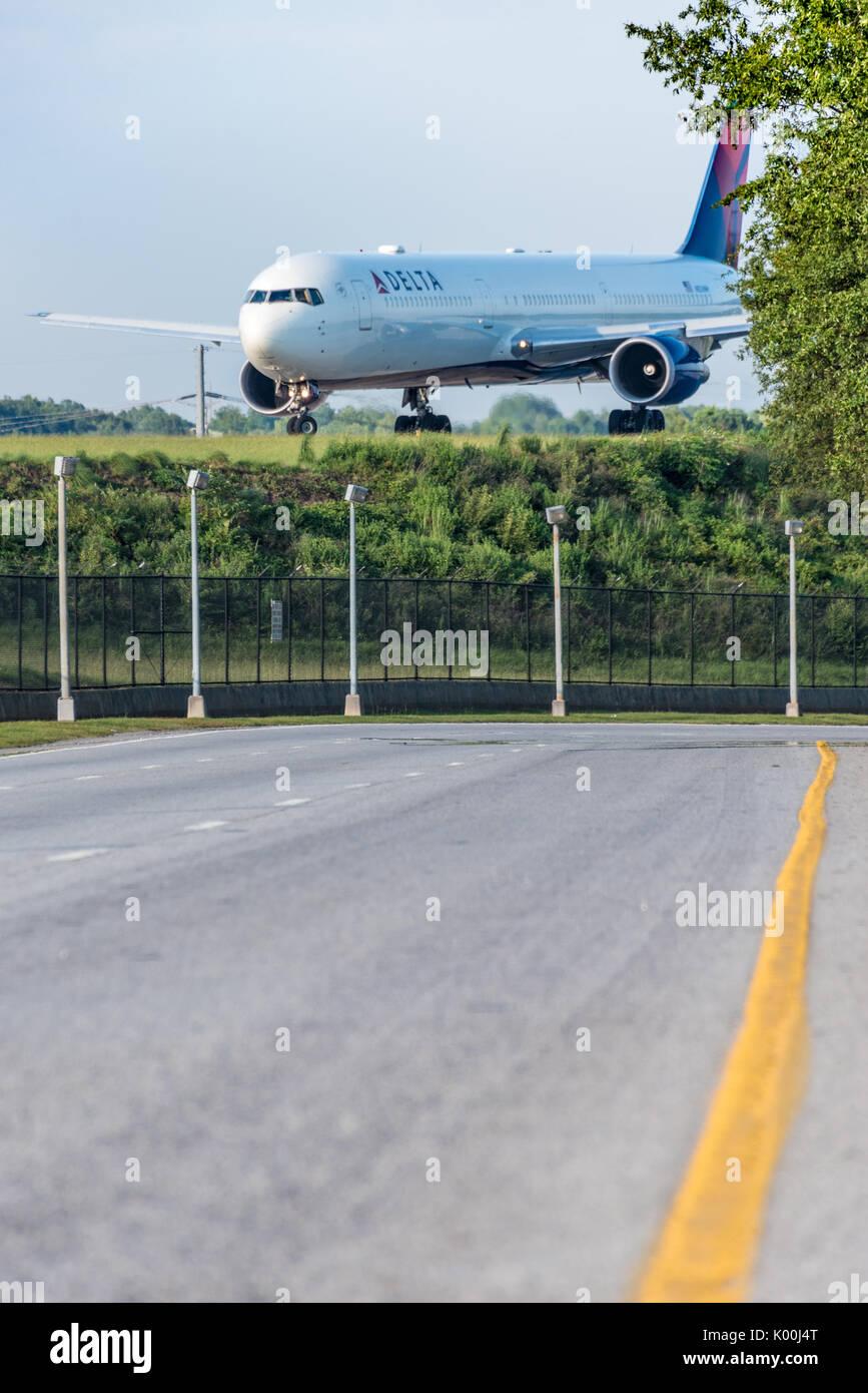 Delta Air Lines Boeing 767 avions de transport de passagers sur la piste de la préparation pour le décollage à l'Aéroport International d'Atlanta à Atlanta, Géorgie. (USA) Banque D'Images