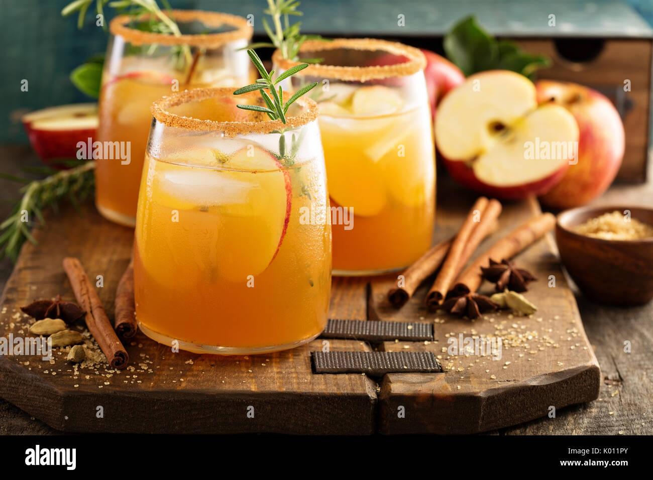 Cocktail de cidre dur avec des épices d'automne Photo Stock