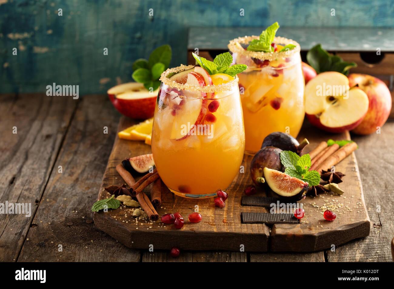 Cocktail sangria automne avec apple, figues et orange Photo Stock