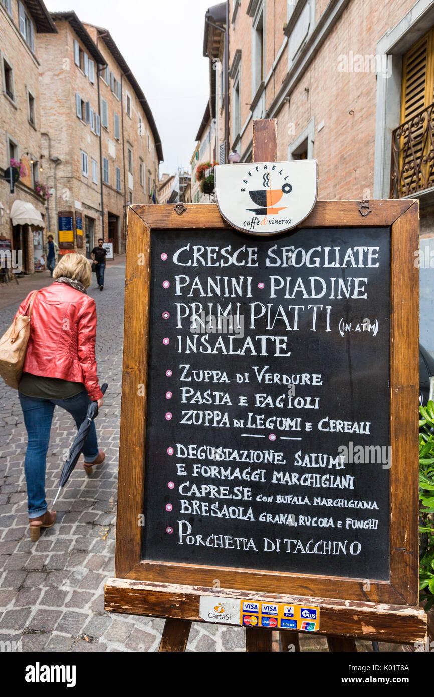 Nourriture typique shop dans les ruelles de l'ancienne ville médiévale de Hill d'Urbino Province de Pesaro Marches Italie Europe Banque D'Images