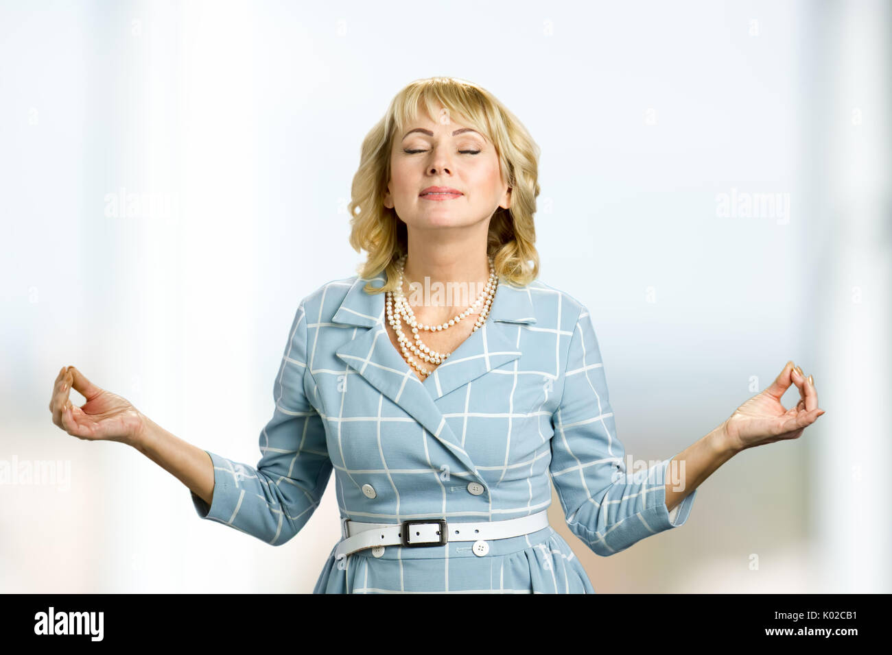 Méditant mature woman, mode zen. Dame d\u0027âge moyen de