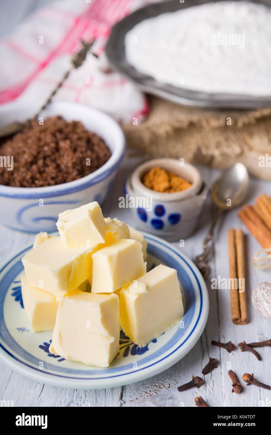 """Tous les ingrédients pour """"pepernoten"""" ou """"kruidnoten"""", une friandise pour Néerlandais Néerlandais MAISON DE 'Sinterklaas'. Photo Stock"""