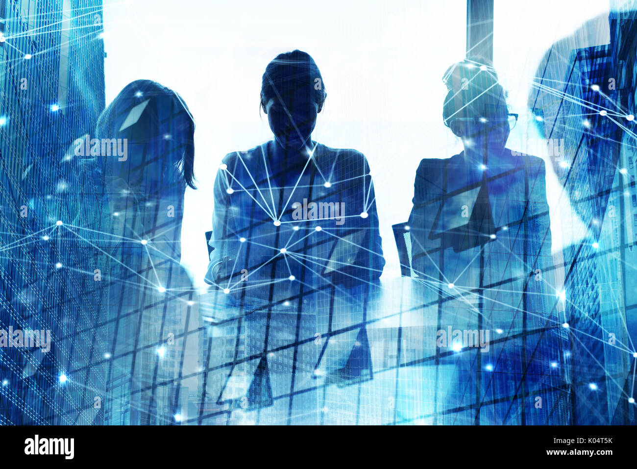 Silhouette d'homme d'affaires du bureau avec l'effet de réseau. concept de partenariat et de travail en équipe Photo Stock