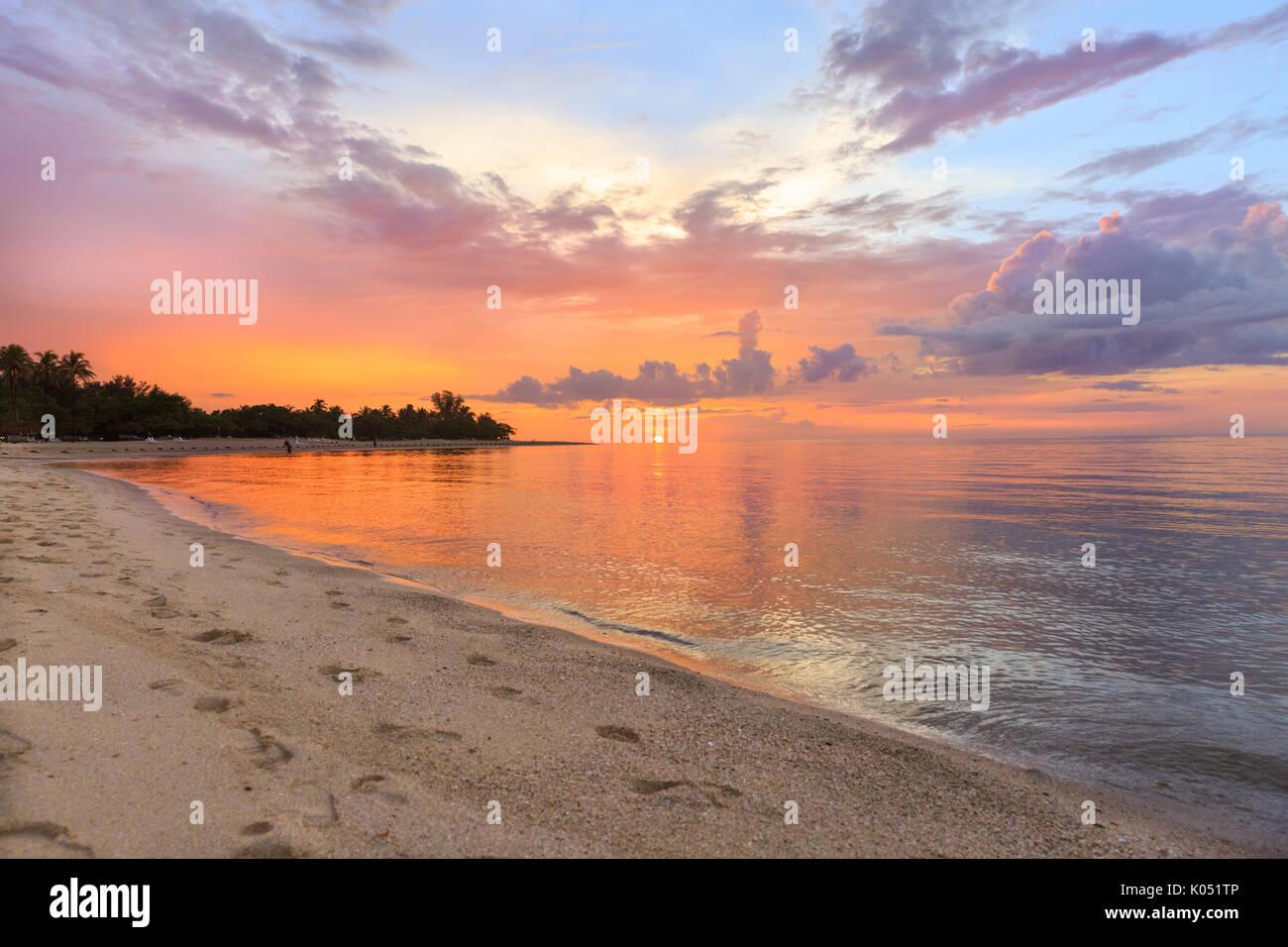 Coucher du soleil des Caraïbes, mer et plage Jibacoa, Cuba Photo Stock
