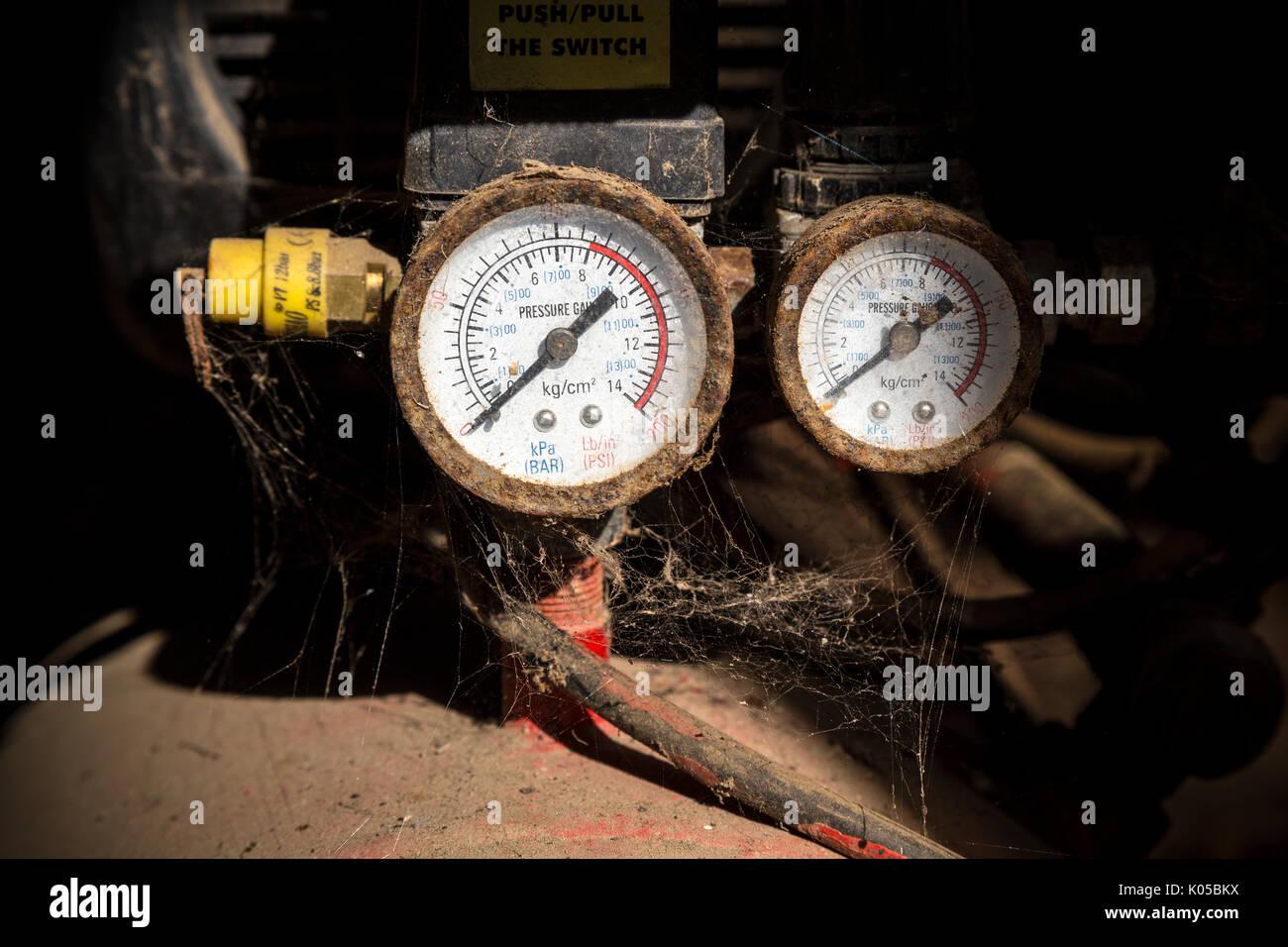 Un compresseur d'air a une variété d'applications: comme le gonflage des pneus, peinture, agrafage et clouer. Linge Mart en stock une gamme énorme d'air Photo Stock