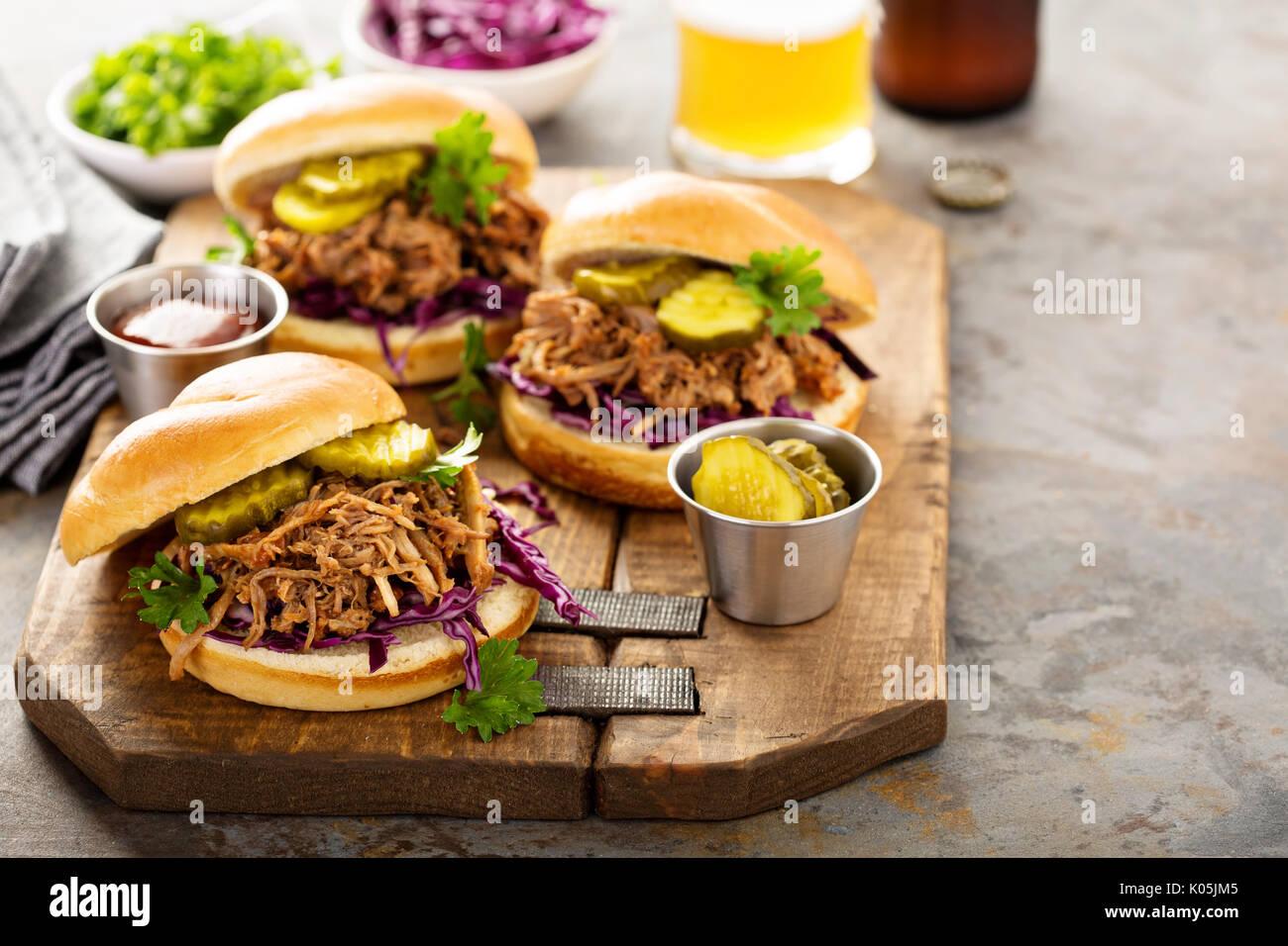Sandwichs De porc avec du chou et des cornichons Photo Stock