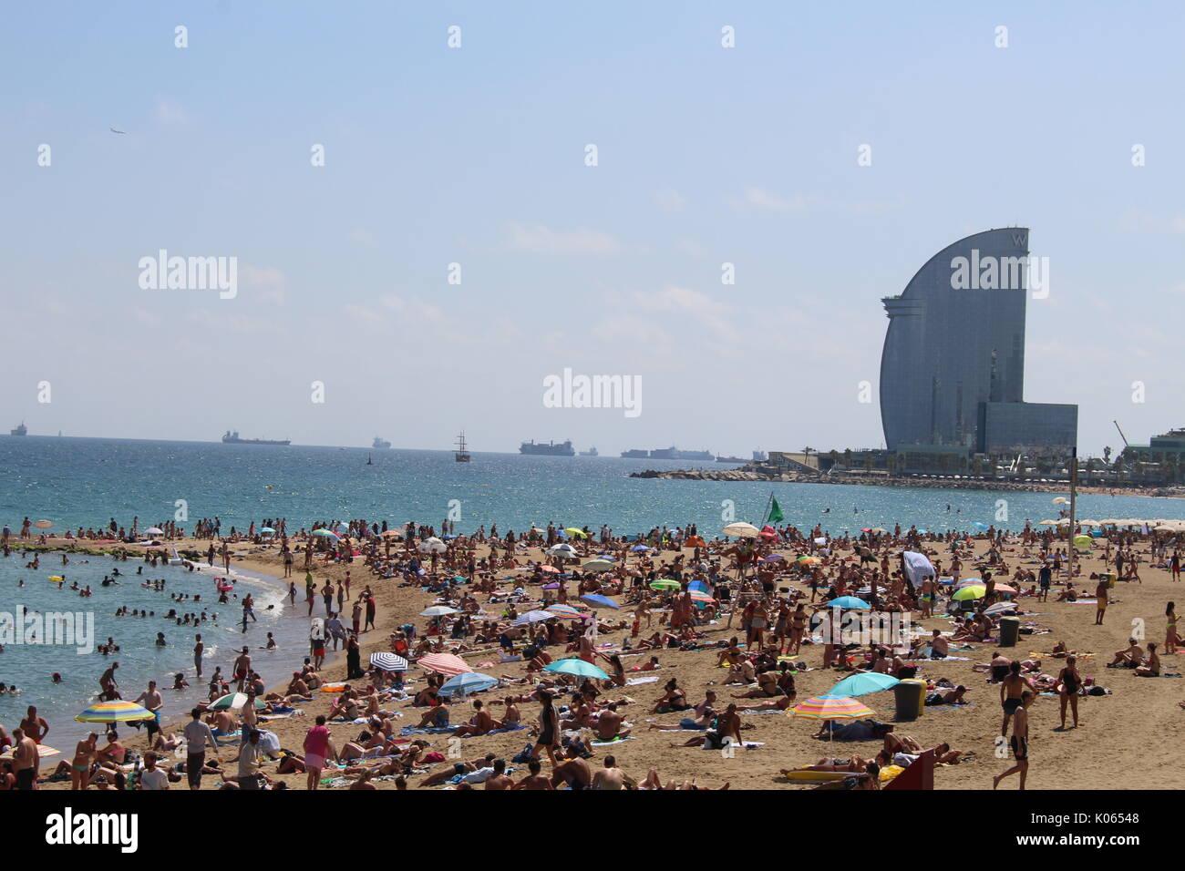Barcelone, Espagne. Août 21, 2017. La plage de Barceloneta bondé quelques jours après l'attaque terroriste sur les Ramblas de Barcelone/Geromella Crédit: Dino Alamy Live News Banque D'Images