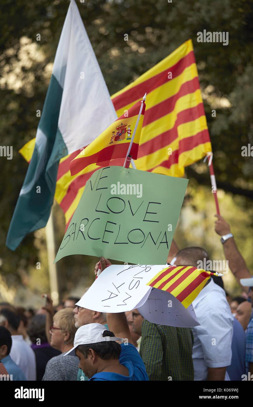 Barcelone, Espagne. Août 21, 2017. Les gens prennent part à une manifestation organisée par l'association des musulmans de Catalogne plusieurs qui ont réuni les principales confessions religieuses de la communauté d'exprimer leur rejet de tout type de terrorisme après les attentats de la Catalogne, à Barcelone, Espagne, le 21 août 2017. L'EFE/Alejandro Garcia Crédit: EFE News Agency/Alamy Live News Banque D'Images