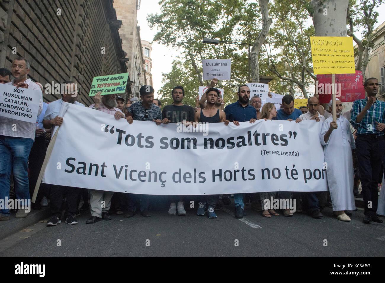 Barcelone, Espagne. 21 août, 2017. Mars manifestants musulmans contre le terrorisme sur les rues de Barcelone à la suite d'une attaque terroriste qui a coûté la vie à 14 personnes. Credit: Evan McCaffrey/Alamy Live News Banque D'Images