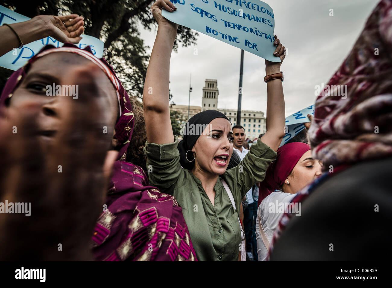 Barcelone, Espagne. Août 21, 2017. Les manifestants musulmans avec leurs pancartes condamnent les récentes attaques terroristes djihadistes à Barcelone et Cambrils qui a tué 15 personnes et blessé plus de 100 criant des slogans à la Catalogne Square Crédit: Matthias Rickenbach/Alamy Live News Banque D'Images