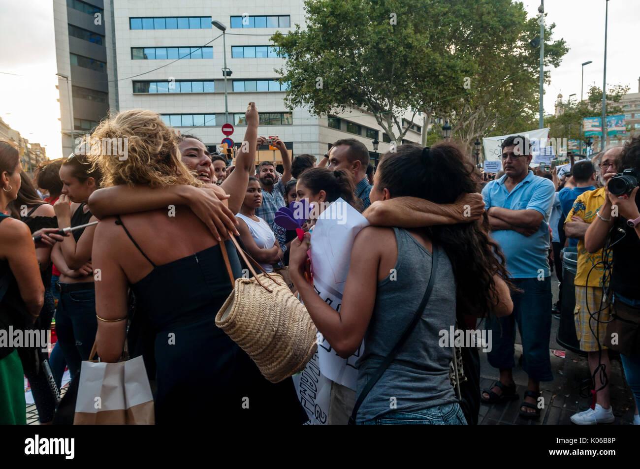 Barcelone, Spain. Août 21, 2017. Des milliers de personnes appartenant à quelque 150 musulmans et non musulmans d'organismes et d'associations à Barcelone se sont concentrées sur la Plaça de Catalunya, dans la capitale catalane le lundi à rejeter les attaques qui ont eu lieu jeudi dernier (17 août 2017) à Barcelone et Cambrils au cri de pas en mon nom, et nous n'avons pas peur. Crédit: Jose Francisco Cortes Pelay/Alamy Live News Banque D'Images
