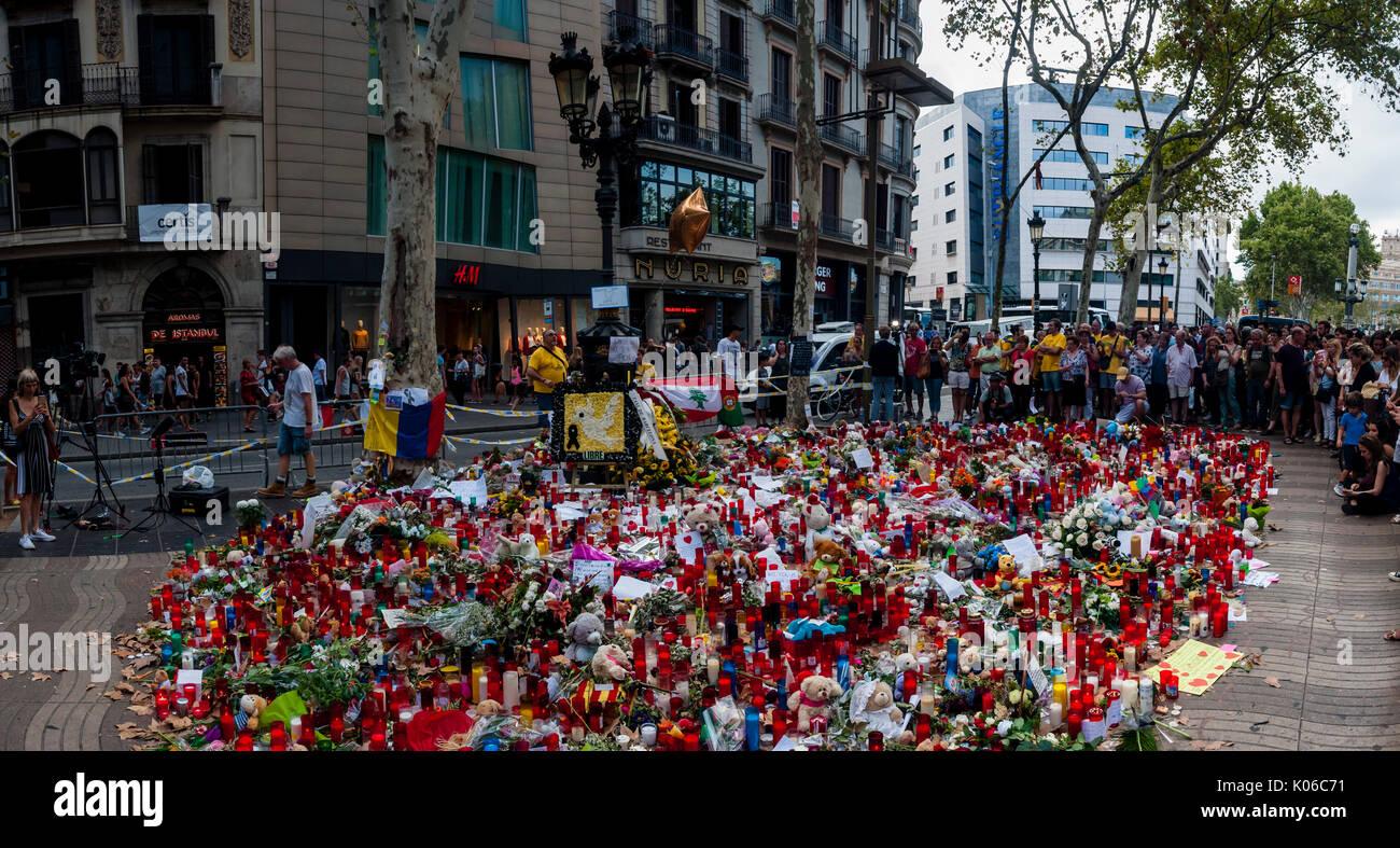 Barcelone, Spain. Août 21, 2017. Les résidents et les touristes rendent hommage aux victimes des attentats de jeudi dernier, le 17 août 2017 le long de la route mortels et fatidique que le van n le long de Las Ramblas de Barcelone, On le quatrième jour depuis les attentats. Credit: Cisco Pelay/Alamy Live News Banque D'Images